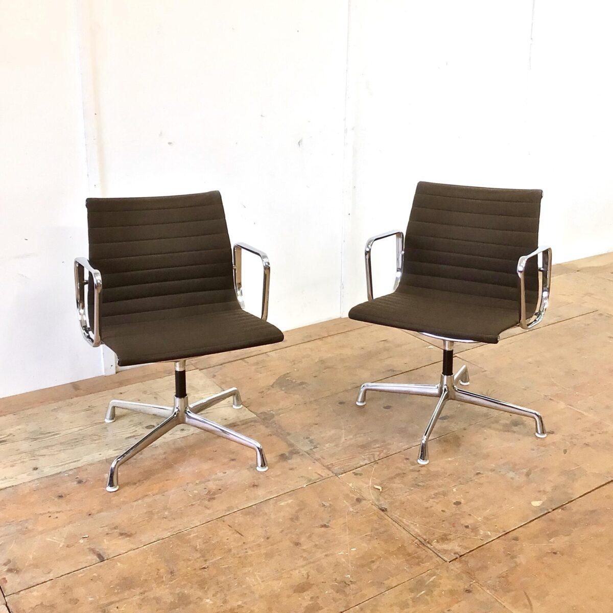 Vitra Aluminium Chair EA 108 von Charles & Ray Eames. Der braune Stoff ist an den Ecken minimal heller. Die verchromten Armlehnen haben ein paar Kratze, ansonsten sind die Sessel in sehr gepflegten, sauberen Zustand. Preis pro Stuhl.