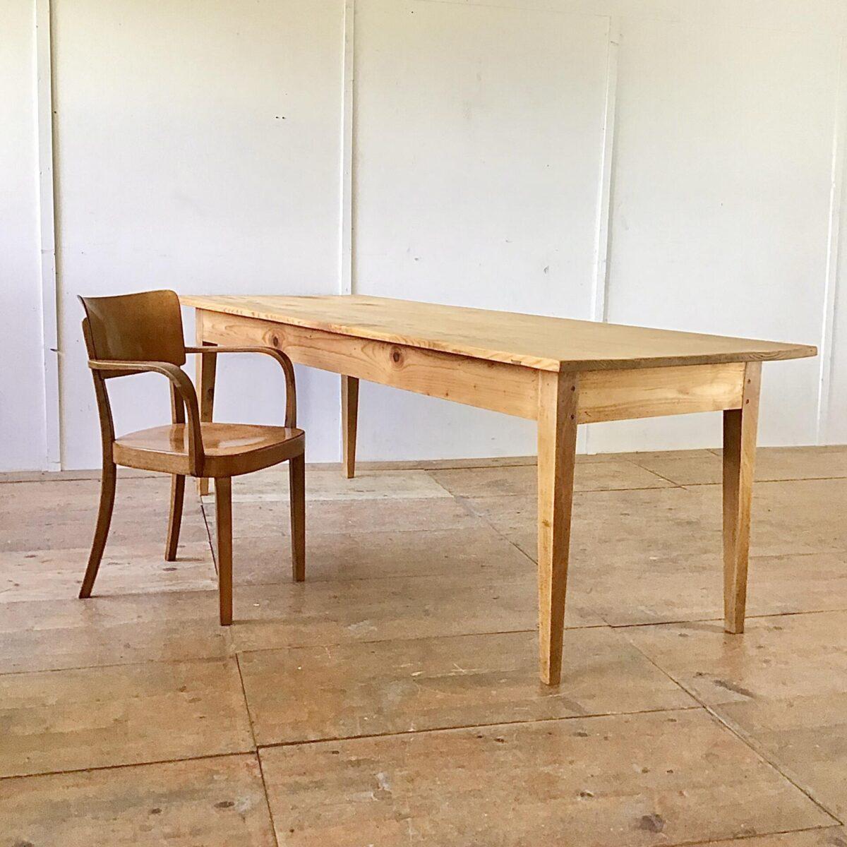 Deuxieme.shop Beizentisch Frisch Aufbereiteter Biedermeiertisch aus Tannenholz. 232x88cm Höhe 77cm. Dieser Esstisch zeichnet sich durch seine praktische Grösse aus, vorallem die grosszügige Tiefe von 88cm ist bei den alten Biedermeier Tischen schwieriger zu finden. Auch das Tischblatt, bestehend aus nur zwei breiten Brettern, hat einen gewissen Seltenheitswert. Auf der Unterseite ist deutlich das Alter zu sehen, durch die Handgehobelte Struktur. Die Holzoberflächen sind mit Naturöl behandelt.