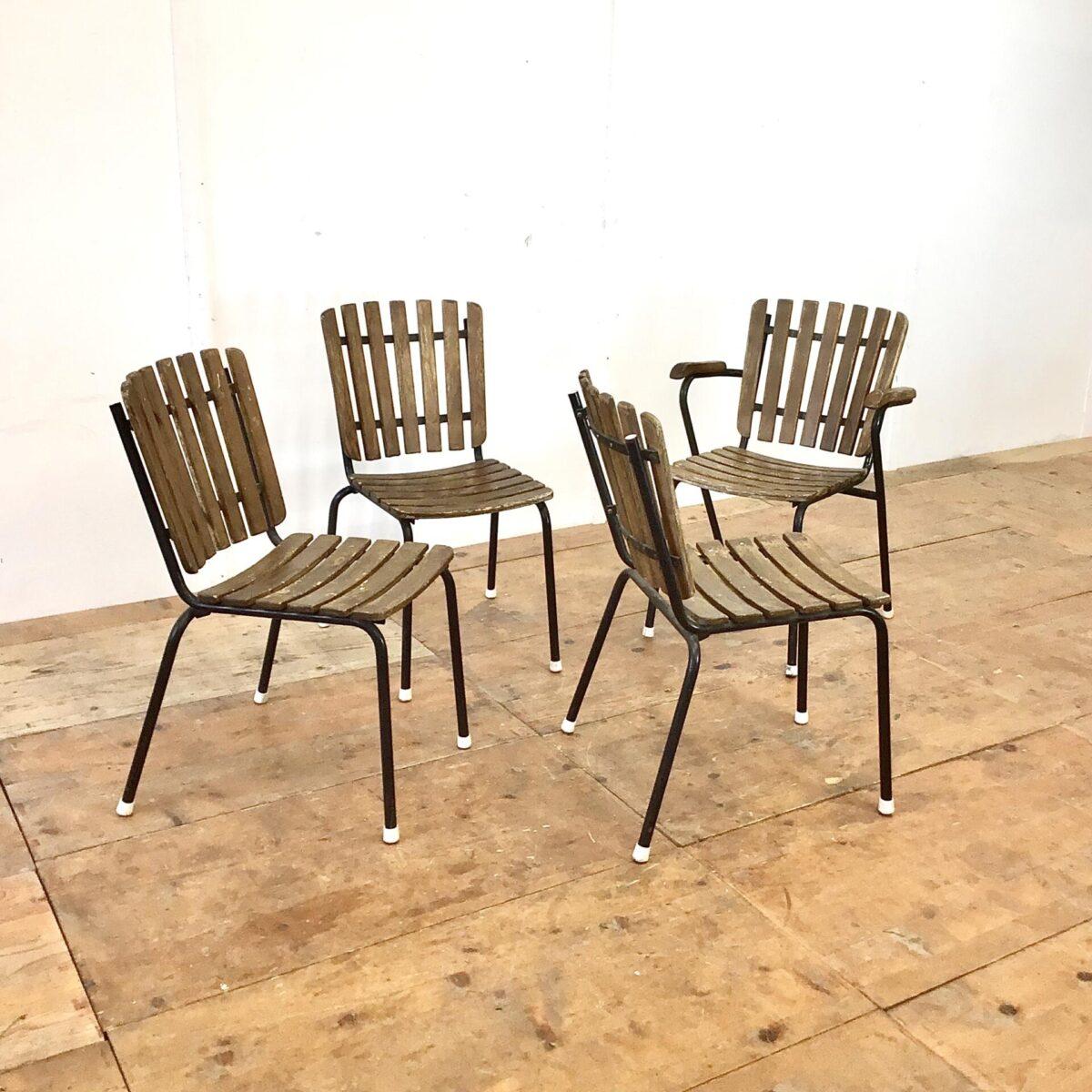 Deuxieme.shop Vintage Gartenstühle stapelbar mit Holzlatten. Einer mit Armlehnen und drei ohne. Hersteller nicht ersichtlich, Bks Denmark hat Gartenstühle in ähnlichem Stil produziert. Die Holzlatten wurden mal etwas gebeizt, hätte man auch schöner machen können. Aber insgesamt in gesundem Vintage Zustand.