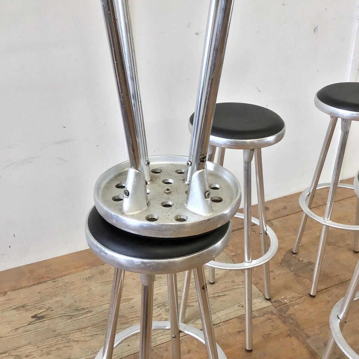Vintage Aluminium Barhocker. Durchmesser der Grundfläche 41cm Höhe 81cm. Simple Barstühle mit Aluminiumguss Elementen. Preis pro Stück.