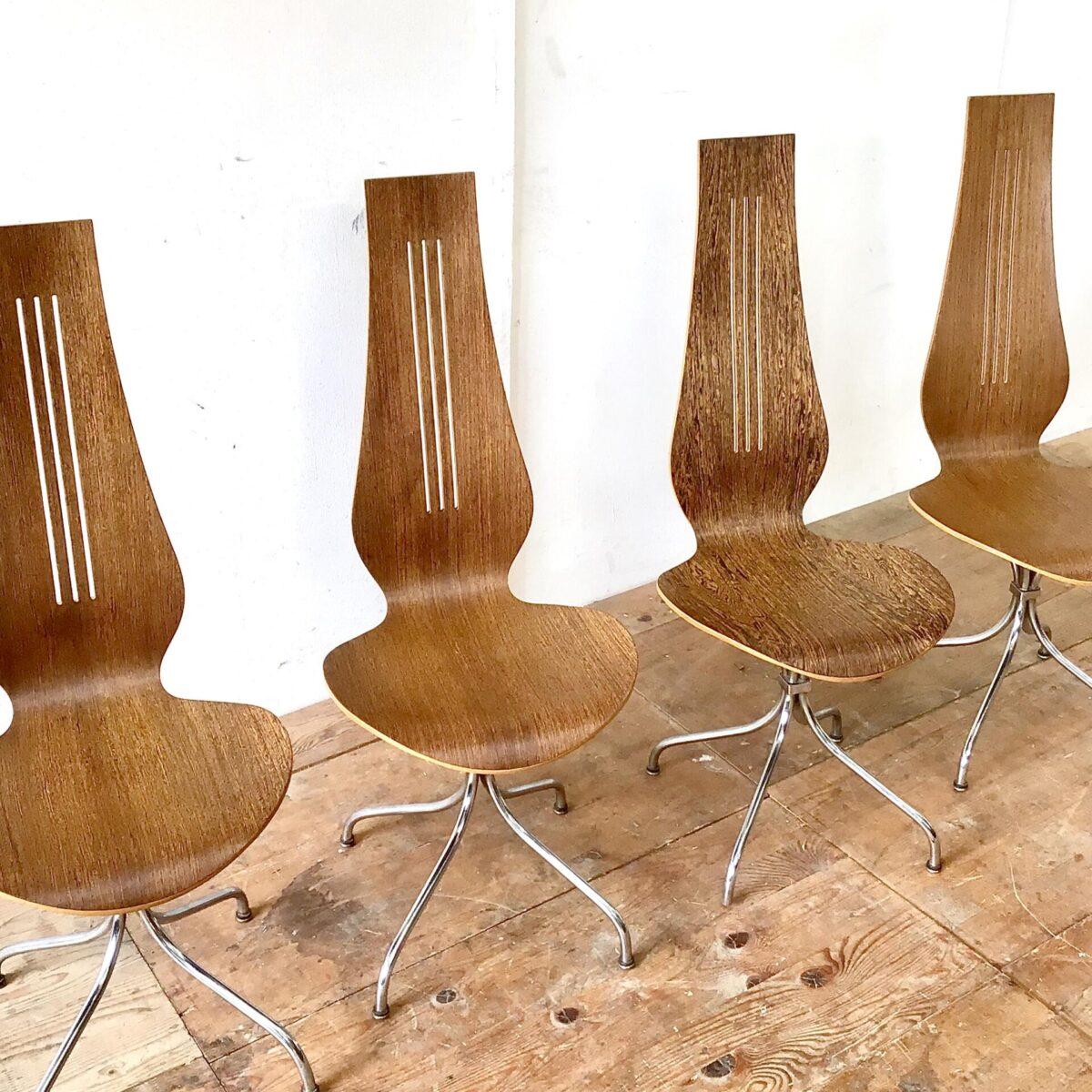Midcentury Esszimmer Stühle von Theo Häberlin aus den 70er Jahren. Sitzhöhe 45cm gesamt Höhe ca. 106cm. Die Formsperrholz Sitzschale, mit hohem Rücken, ist angenehm zwischen den Schulterblättern. Diese Stühle heben sich vorallem durch die Höhe von anderen Stühlen ab. Die Lehne überragt deutlich die Höhe einer Tischkante. Das Metall Untergestell ist verchromt, stabil und hochwertig ausgeführt. Der kleine Metall Würfel, durch den die Stuhlbeine verlaufen, erinnert mich an Art déco Möbel Elemente. Einer der Stühle unterscheidet sich deutlich durch die lebhafte Holzmaserung.
