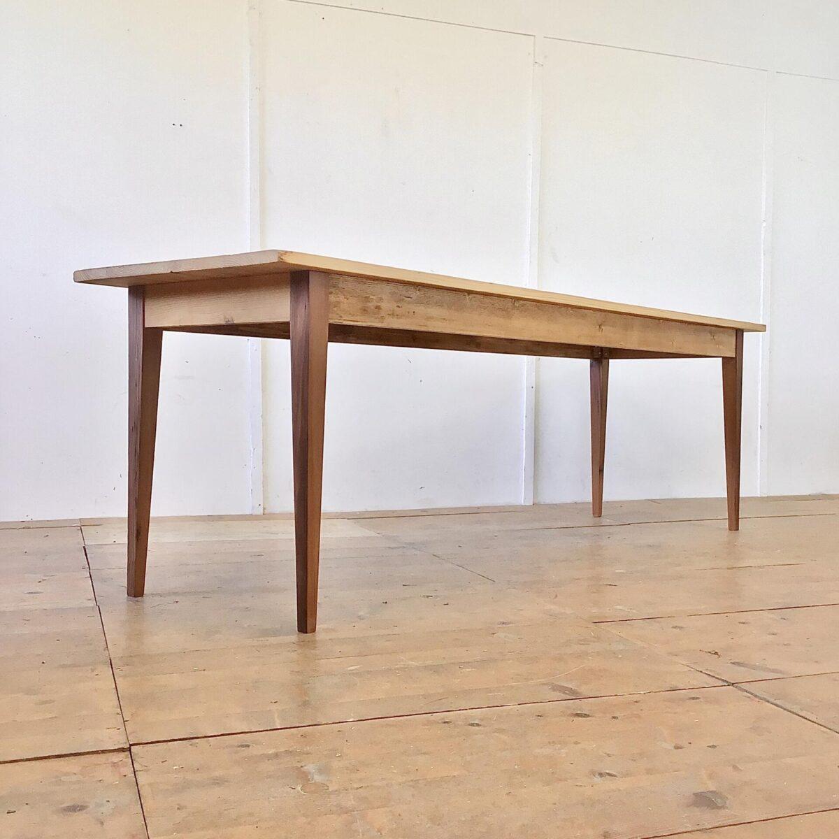 Tannenholz Biedermeiertisch 250x70cm Höhe 77cm. Dieser schlichte lange Holztisch haben wir bei der Restaurierung möglichst geradlinig und Kantig belassen. Der Tisch ist mit Naturöl behandelt. Die Tischbeine sind aus Lärchenholz.