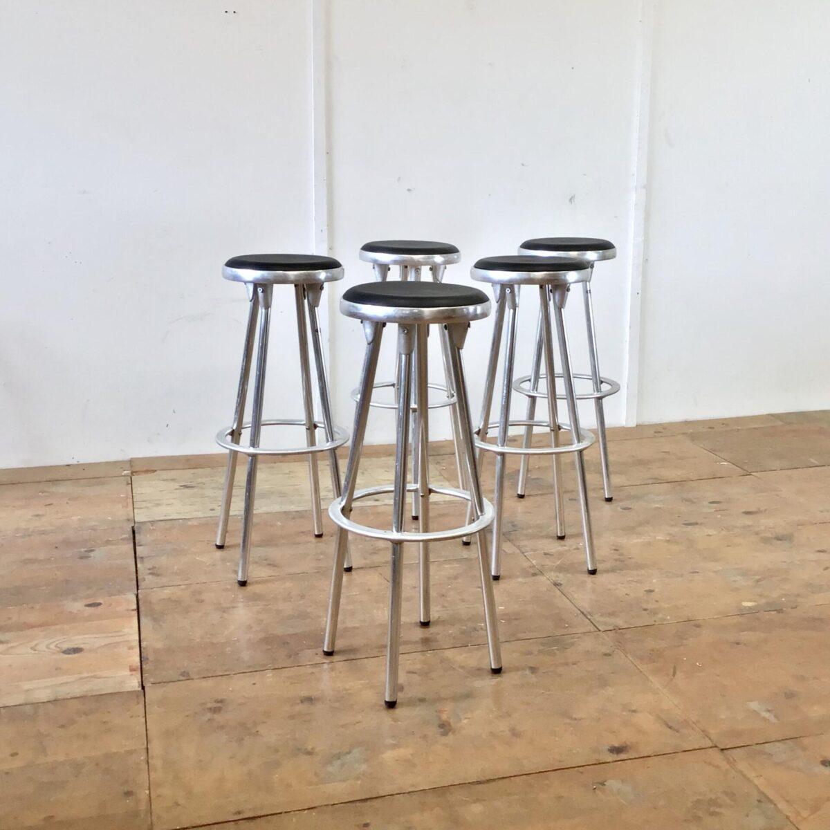 Vintage Aluminium Barhocker. Von Joan Casas Y Ortinez, für Indecasa. Durchmesser der Grundfläche 41cm Höhe 80cm Sitzfläche 30cm. Simple Barstühle mit Aluminiumguss Elementen 80er Jahre. Preis pro Stück.
