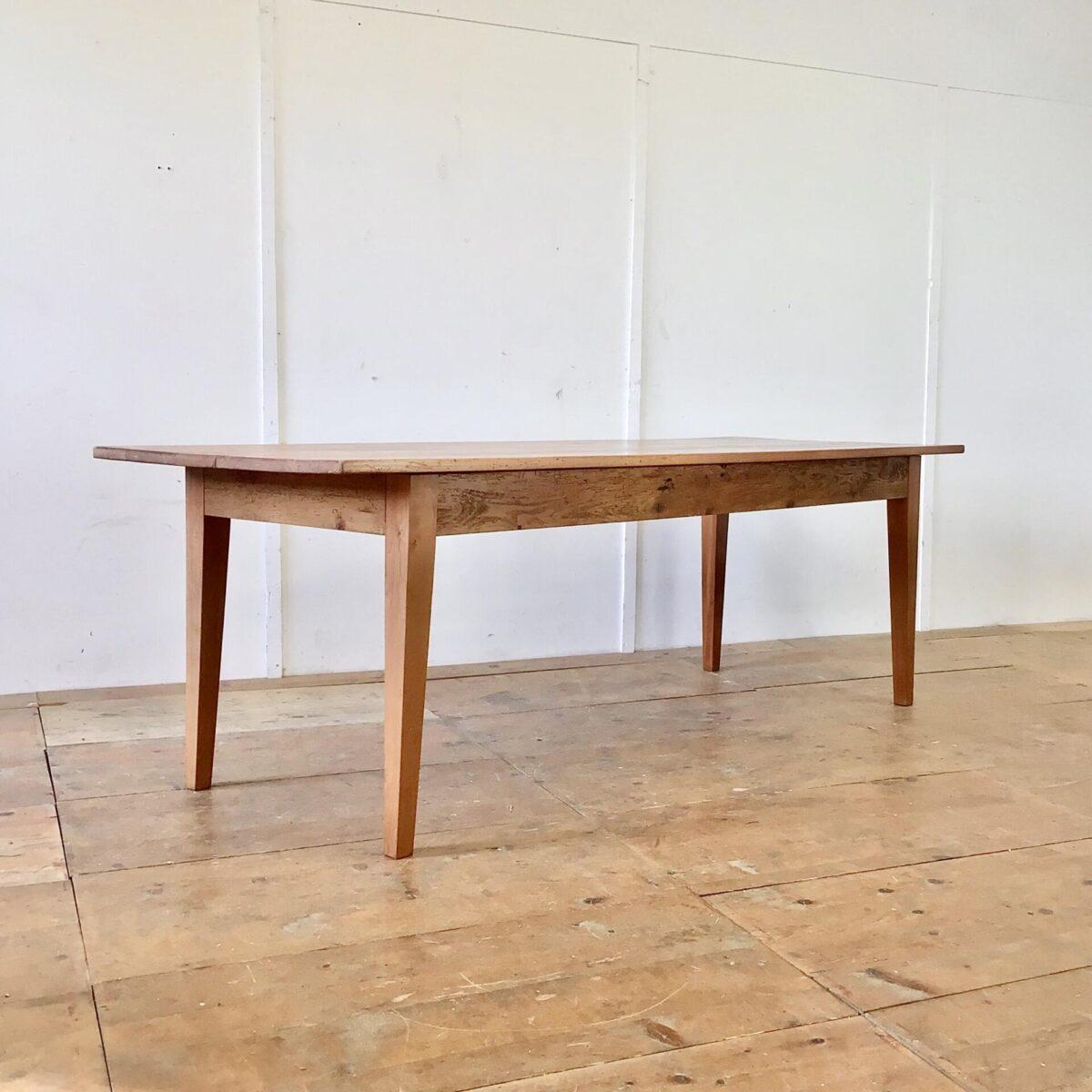 Deuxieme.shop Rötlicher Buchenholz Esstisch. 231x82cm Höhe 76cm. Dieser Lebhafte Holztisch mit Wurmlöchern und Alterspatina ist unrestauriert. Jedoch alles stabil und in Alltagstauglichem Zustand.