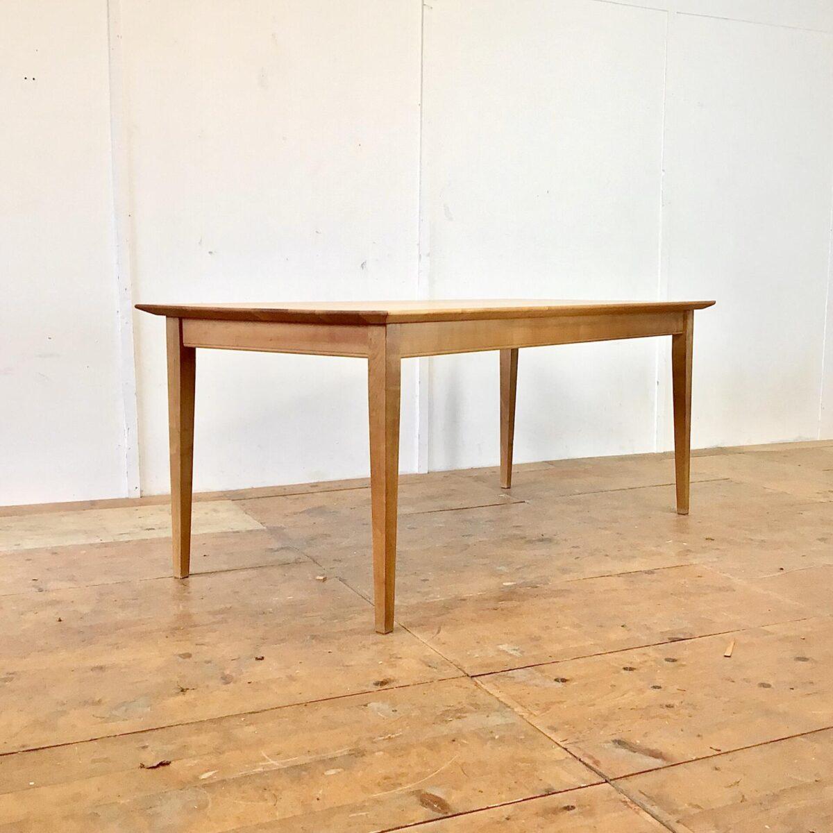 Deuxieme.shop Schlichter Esstisch aus Kirschbaum Vollholz. 180x89.5cm Höhe 75.5cm. Dieser Holztisch ist relativ neu aber sehr hochwertig verarbeitet. Die Kanten sind von unten verjüngt was ihn recht leicht ausschauen lässt, trotz dem 3cm dicken Tischblatt. Der Tisch ist mit Naturöl behandelt.