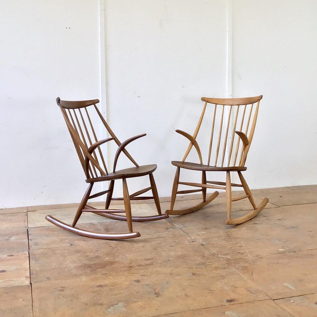 2 Schaukelstühle von Illum Wikkelso, hergestellt von Niels Eilersen 60er Jahre. Diese zwei midcentury Schaukelstühle aus Dänemark, sind aus Buchenholz die Sitzfläche ist mit Teak furniert. Der etwas dunklere ist in schönem Original Zustand, leichte Patina. Der hellere war in schlechtem Zustand. Wurde komplett geschliffen und geölt, und hat jetzt eine lebhafte warm-matte Ausstrahlung. Beide Stühle verfügen über ein Zertifikat unter der Sitzfläche und sind in Stabilem Zustand. Der Preis gilt pro Stuhl.