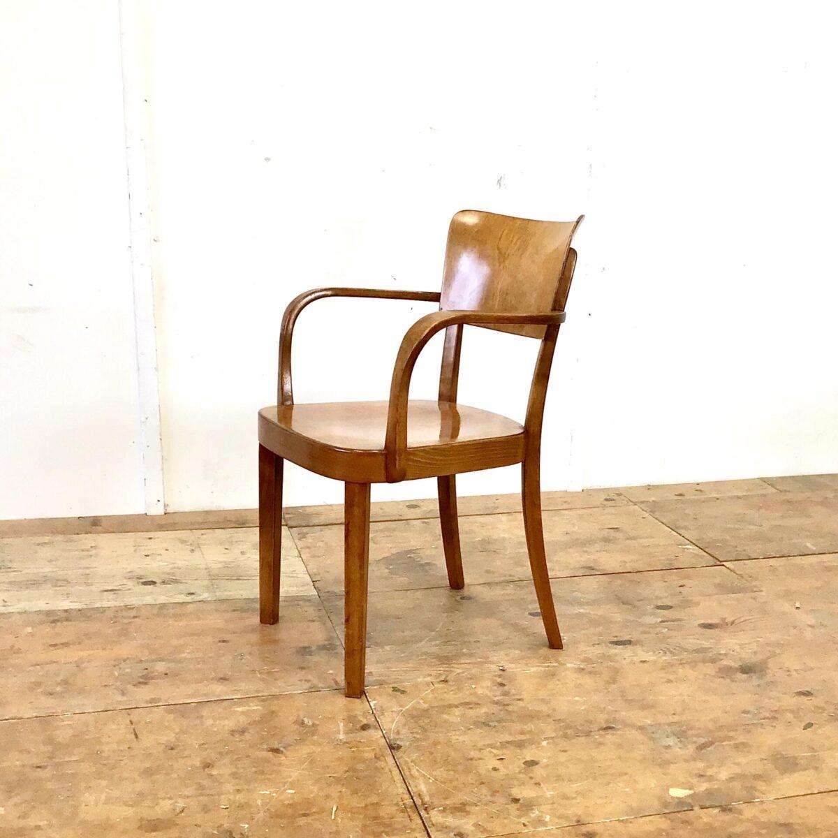 Schöner horgenglarus Armlehnstuhl in gutem Original Zustand. Dieser Stuhl wird heute noch unter dem Namen Safran produziert, jedoch ohne Armlehnen und etwas kleiner. Dieser Stuhl ist mittlerweile selten zu finden, und ist wegen seiner Bequemlichkeit und formschönen Verarbeitung sehr begehrt. Die warme dunkelbraune Ausstrahlung lässt sich nicht nachproduzieren. Das entsteht nur mit dem Lauf der Zeit.