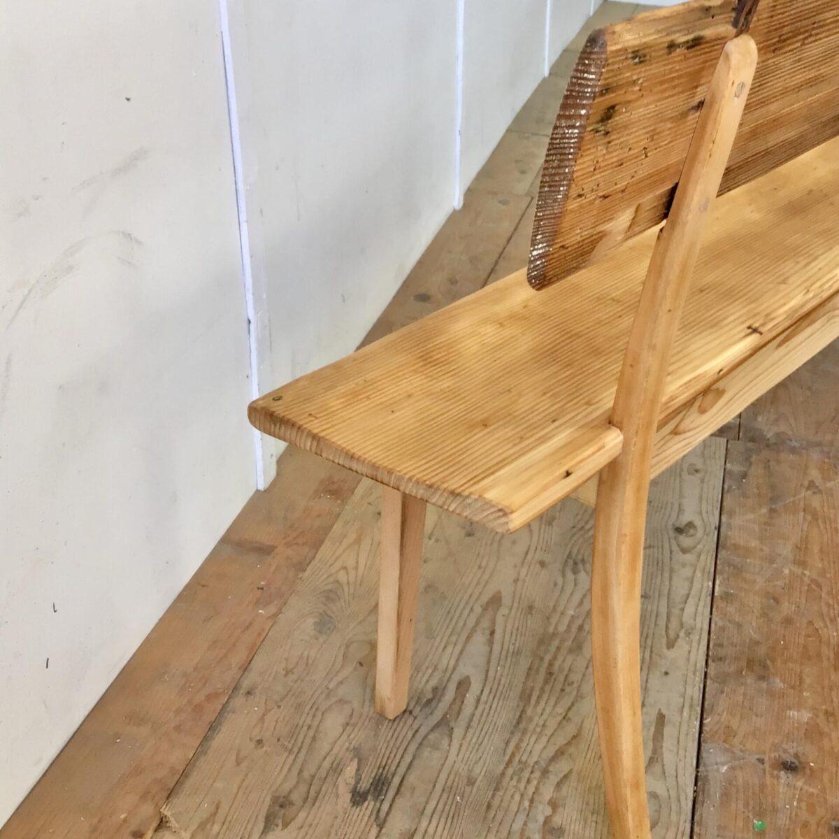 """Sitzbank mit Rückenlehne 205cm Sitzhöhe 44.5cm Sitztiefe 28cm gesamt Höhe 79cm. Diese Bank haben wir aus einem alten Fenstersims, mit Kondenswasser Mulde, geschreinert. Da die etwas geringe Sitztiefe von 28cm gegeben war, wurde der Rest der Bank in ähnlich filigraner Weise ausgeführt. Passend zu der alten Sitzfläche haben wir eine Rückenlehne, aus Altholz, geformt. Auch die restlichen Teile haben wir im Sinne von """"Restenverwertung"""" aus aussortierten Möbeln genommen. Es Sitzt sich zwar relativ aufrecht, aber doch ergonomisch. Ideal auch für die Kinderbank am Familientisch. Als Feierabend bänkli in der passenden Laube, oder für den Eingangsbereich."""