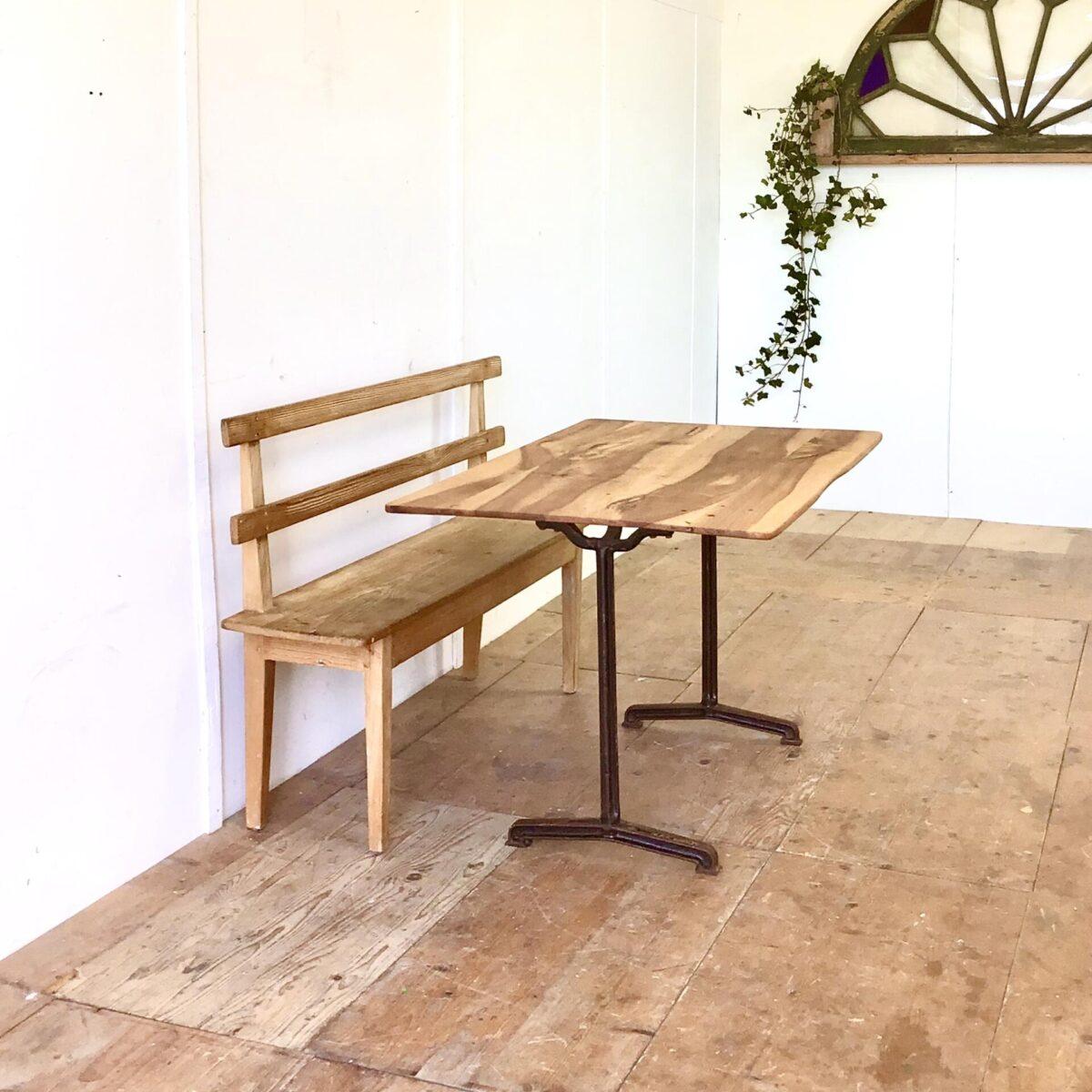 Nussbaum Tisch mit antiken Gussfüssen 118.5x77.5cm Höhe 74.5cm. Leicht verschieden dickes Tischblatt aus Nussbaumholz, mit französischen Gussfüssen. Dieser kleinere Beizentisch strahlt Romantisches Bistro Flair aus. Warme Lebhafte Holzmaserung, mit Naturöl behandelt. Der Tisch bietet Platz für bis zu 6 Personen.