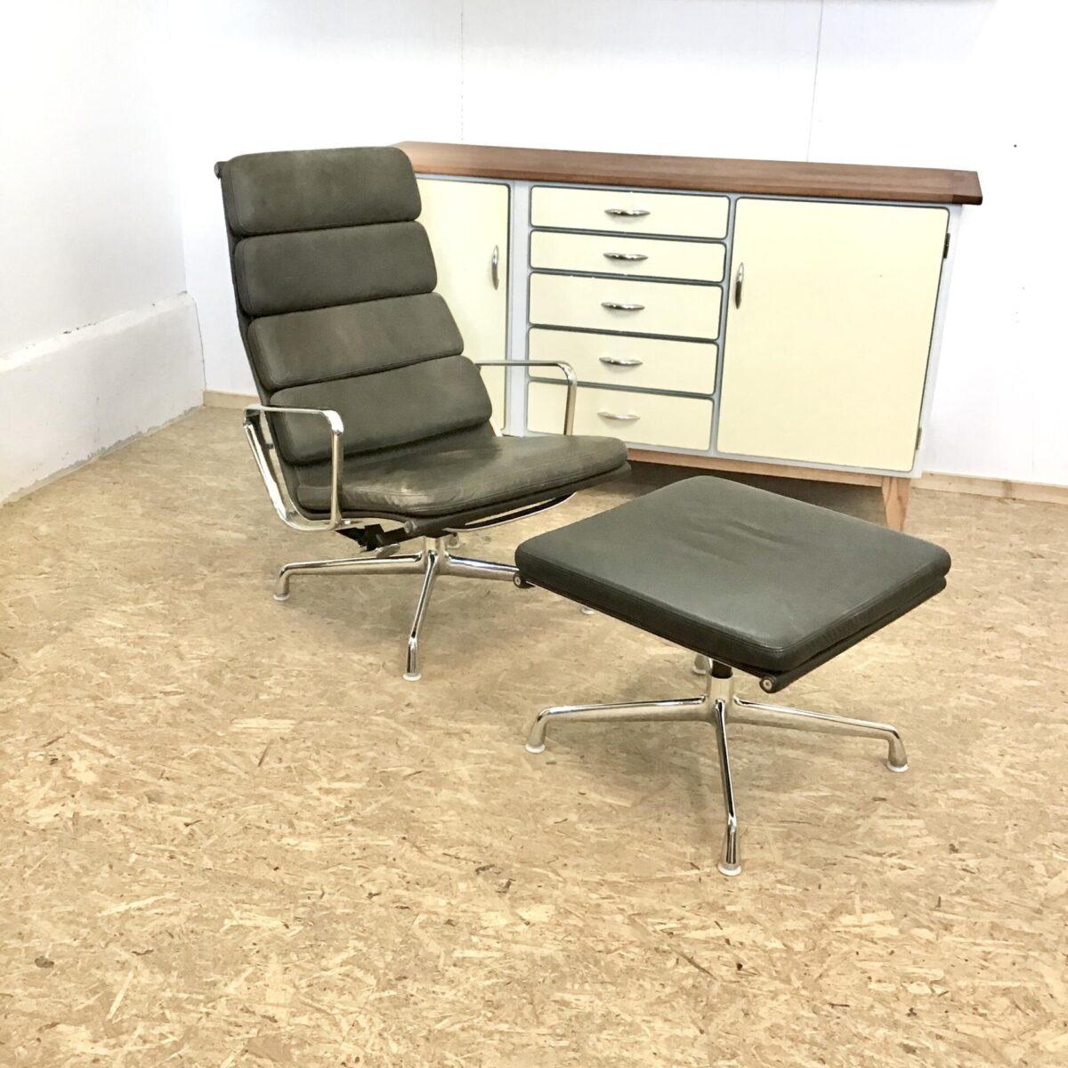 Deuxieme.shop Eames Ledersessel. Vitra Soft Pad Chair EA 222 von Charles und Ray Eames plus Stool EA 223. Leichter Farbunterschied zwischen Hocker und Chair, durch verschieden starke Nutzung. Technisch soweit alles in gutem Zustand.