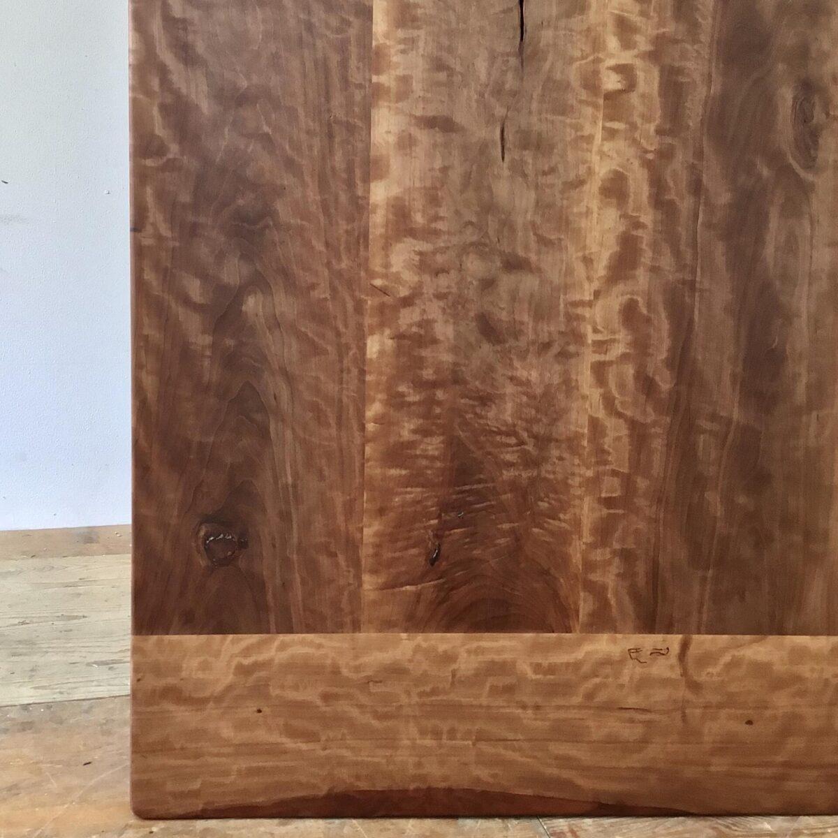 Alter Kirschbaum Beizentisch mit Horgenglarus Gussfüssen. 221x77cm Höhe 75cm. Tischblatt aufbereitet, teilweise frisch verleimt, Oberfläche mit Naturöl behandelt. Spezielle wilde Holzmaserung, dunkel rotbraun. Der Tisch bietet Platz für bis zu 10 Personen. Die Stämmigen, und doch schlichten horgenglarus Füsse, haben eine braun-schwarze Alterspatina.