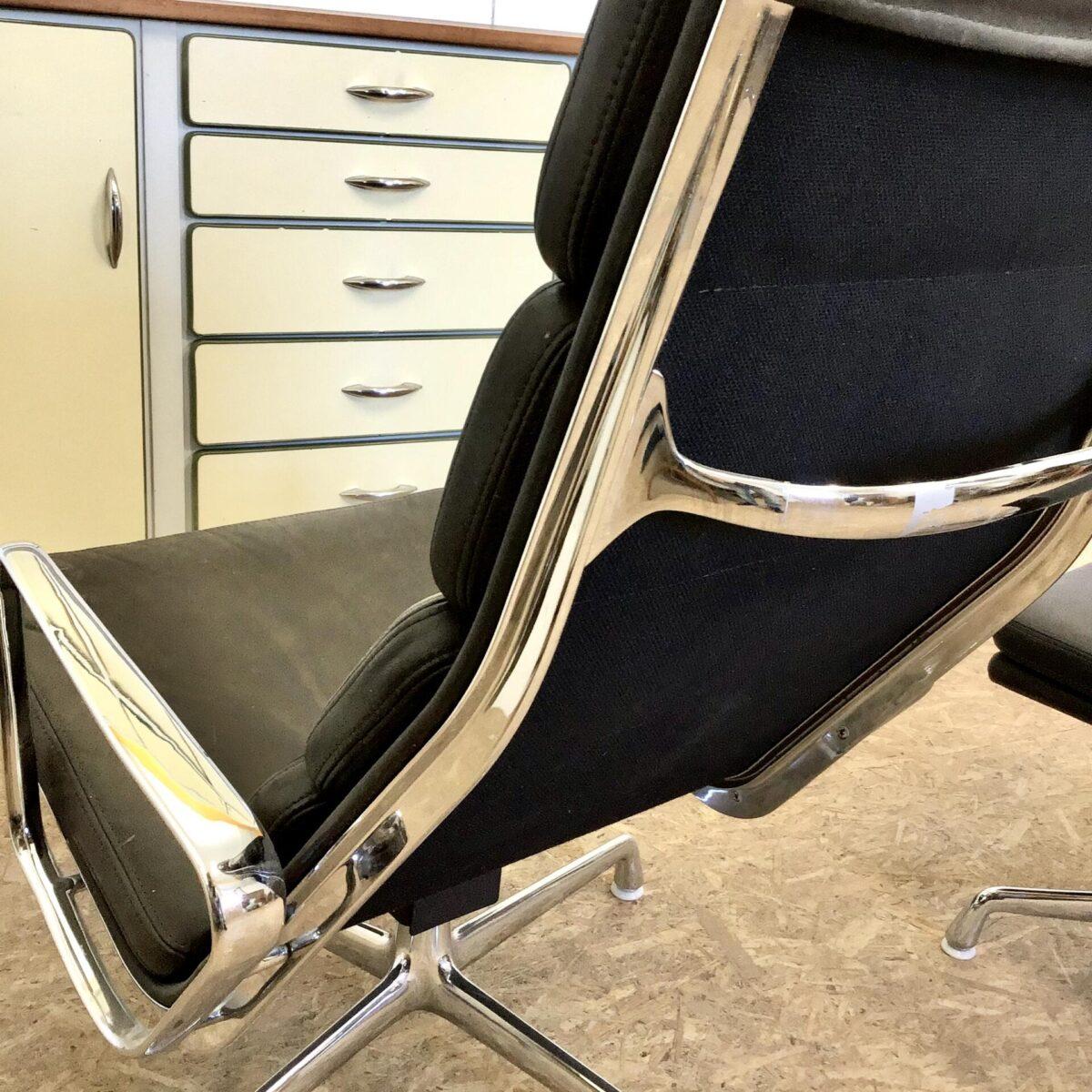 Vitra Soft Pad Chair EA 222 von Charles und Ray Eames plus Stool EA 223. Leichter Farbunterschied zwischen Hocker und Chair, durch verschieden starke Nutzung. Technisch soweit alles in gutem Zustand.