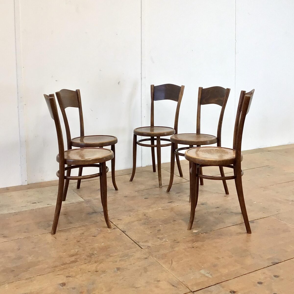 Deuxieme.shop Bugholz Stühle Esszimmer Stühle Beizenstühle 5er Set Albert Stoll Kaffeehausstühle. Sitzhöhe 48cm. Diese Bistrostühle, mit den Pflanzenmuster, sind restauriert. Vorderbeine wo nötig neu eingeleimt. Zwei furnier Ausbrüche, auf der Hinterseite der Rückenlehne, frisch eingesetzt. Zwei der lehnen unterscheiden sich etwas von den anderen, eine in der Form die andere im Muster. Kastanienbraune Alterspatina.