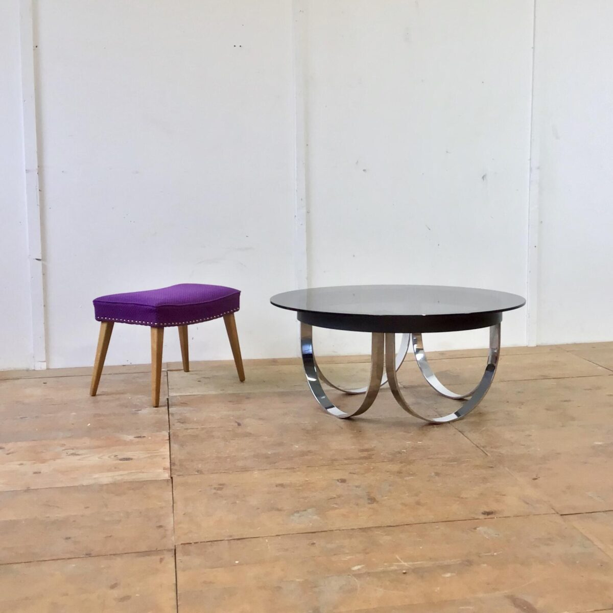 Schwerer massiver Salontisch Durchmesser 99cm Höhe 43cm. Untergestell verchromt, und schwarz lackiertem Metall Rahmen. Das Rauchglas Tischblatt liegt auf rutschfesten Puffer oben auf.