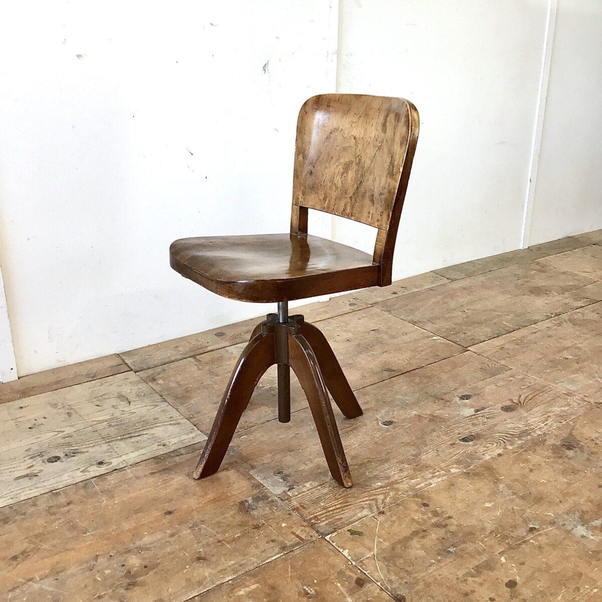 Horgenglaruschair Haefeli Stuhl antik deuxieme.shop Alter horgenglarus Bürostuhl mit der gewölbten Haefeli Sitzfläche und Lehne. Buchenholz dunkel gebeizt und lackiert. Schöner Original Zustand mit Patina und leichten Gebrauchsspuren. Höhenverstellbar von 46-62.5cm. Der Stuhl ist drehbar und sehr ergonomisch geformt.