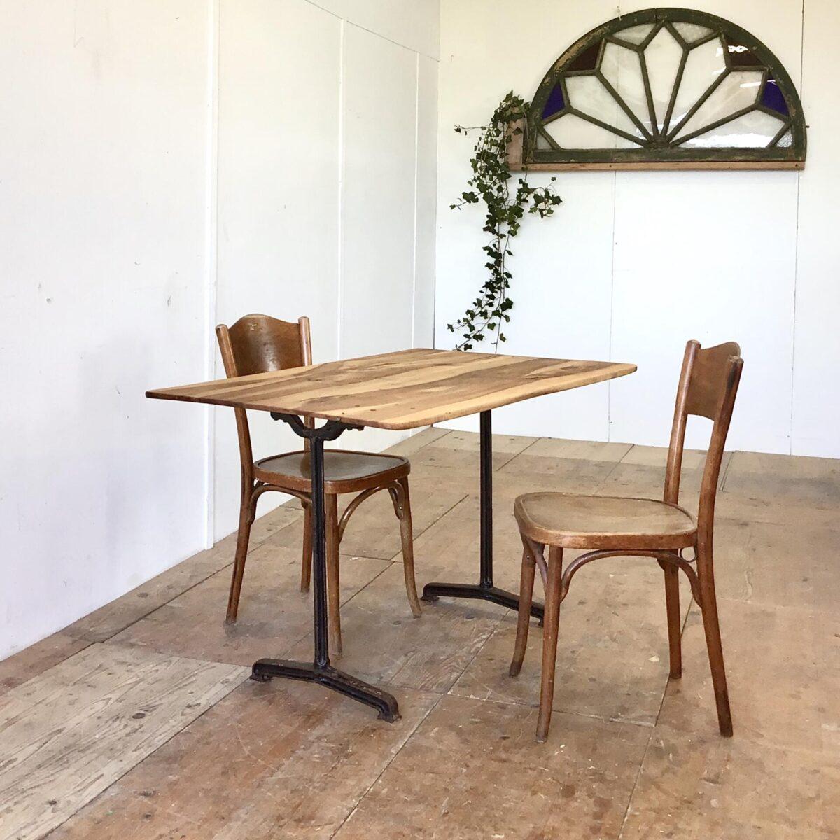 Nussbaum Tisch mit antiken Gussfüssen 118.5x77.5cm Höhe 74.5cm. Leicht verschieden dickes Tischblatt aus Nussbaumholz, mit französischen Gussfüssen. Dieser kleinere Beizentisch strahlt Romantisches Bistro Flair aus. Warme Lebhafte Holzmaserung mit Naturöl behandelt.
