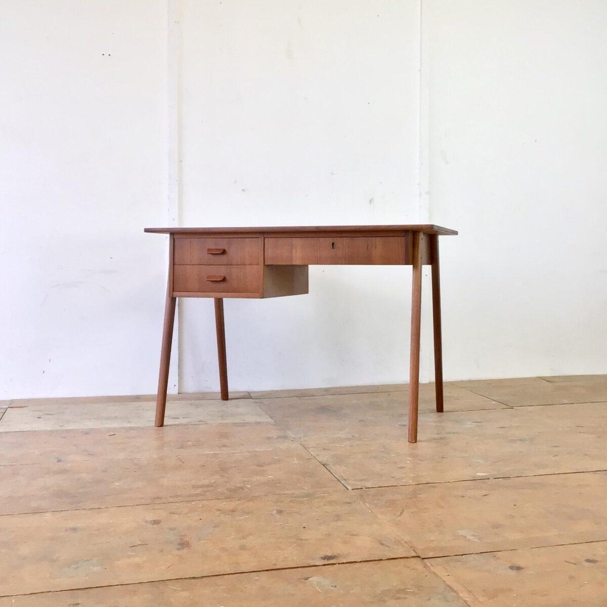 Deuxieme.shop Teak Desk danishfurniture. Dänischer Midcentury Teak Schreibtisch aus den 60er Jahren. 110x60.5cm Höhe 73cm. Eine der drei Schubladen ist abschliessbar. Beine können demontiert werden. Das Tischblatt wurde leider mal als Schneid Unterlage verwendet. Die Oberfläche ist aber in glattem, funktionstüchtigen Zustand.