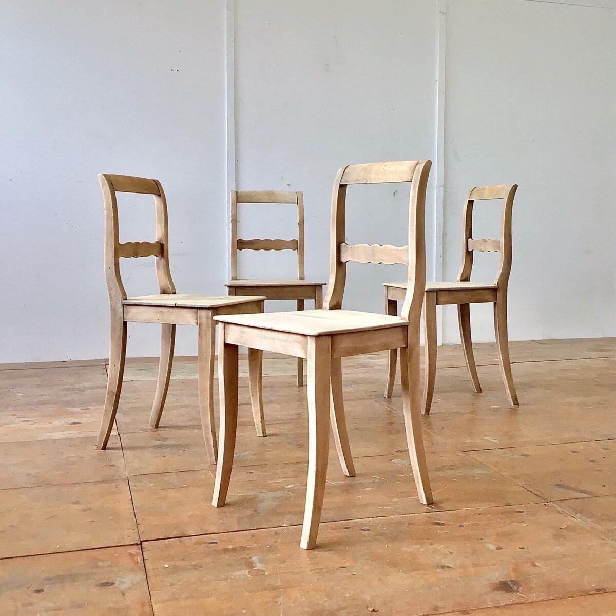 Deuxieme.shop alte Stühle Beizenstühle Holzstühle Klassische Biedermeier Stühle aus Buchenholz. Die spezielle matt-helle frische, gepaart mit den Altersspuren und Patina hat uns veranlasst die Stühle unbehandelt zu lassen.