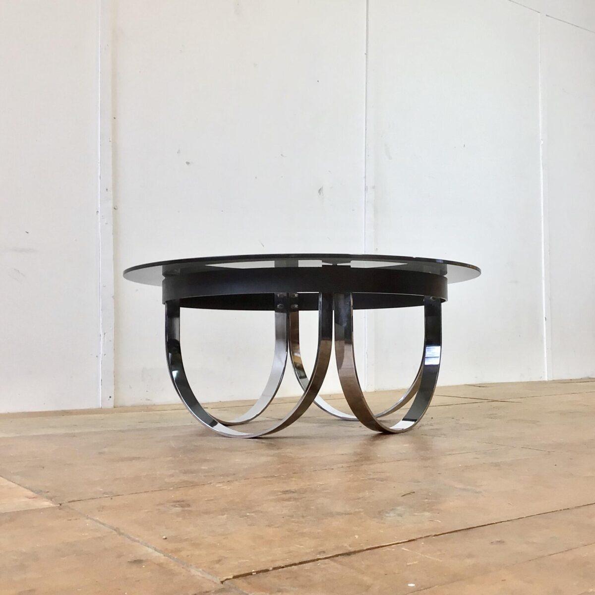 Deuxieme.shop vintage salontisch Schwerer massiver Salontisch Durchmesser 99cm Höhe 43cm. Untergestell verchromt, und schwarz lackiertem Metall Rahmen. Das Rauchglas Tischblatt liegt auf rutschfesten Puffer oben auf.