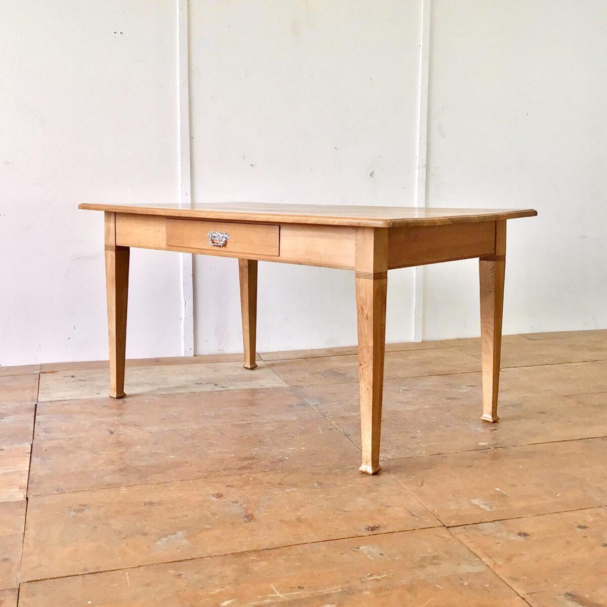 Nussbaum Biedermeier Tisch 154x89cm Höhe 77cm. Dieser Esstisch oder grosse Schreibtisch ist komplett aus Nussbaum Vollholz. Die Holzoberfläche ist lackiert. Lebhafte Holzmaserung, Tischkante leicht profiliert.