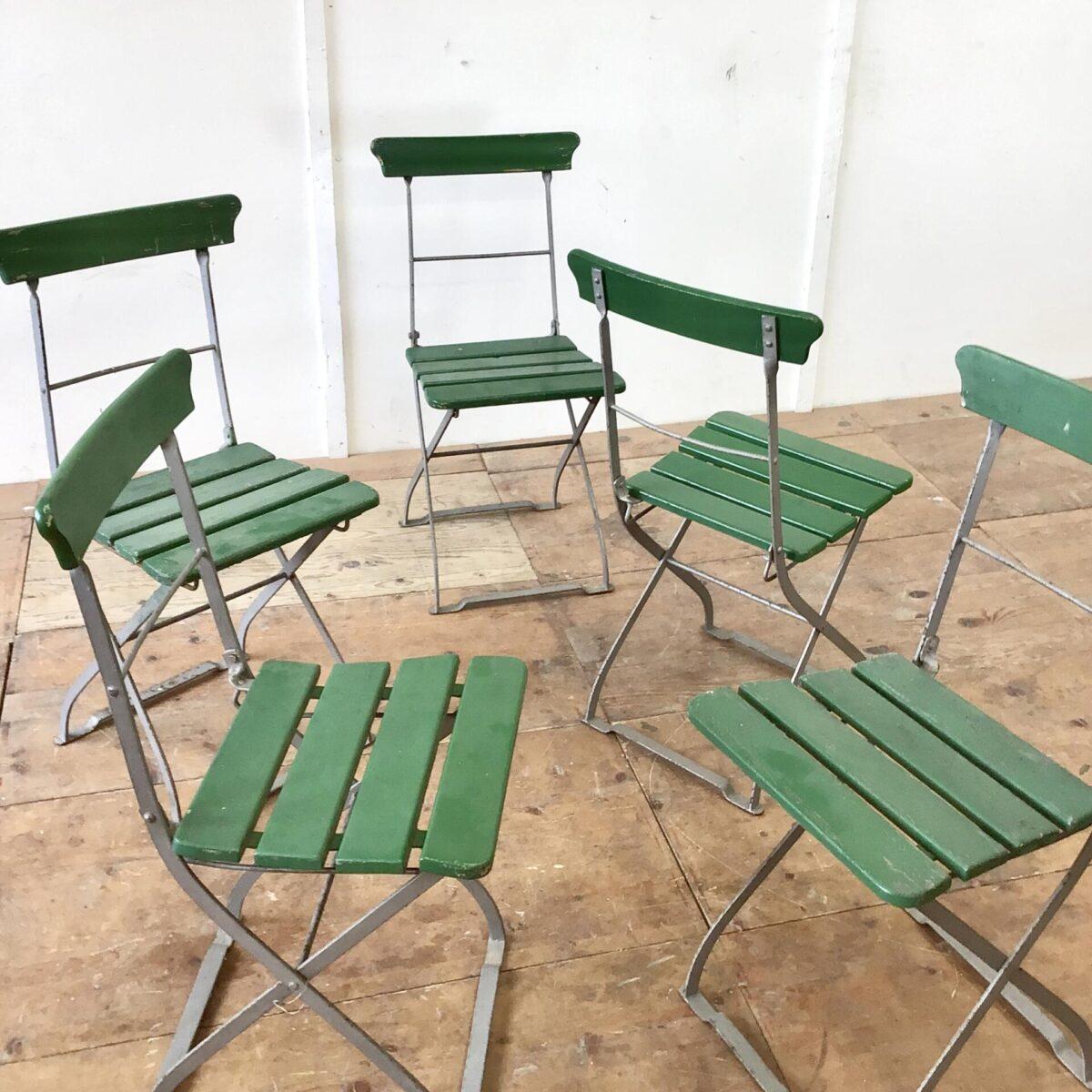 5 alte Biergartenstühle klappbar. Preis pro Stuhl. Farbe teilweise schon etwas abgenutzt, die Holzlatten sind jedoch in gesundem guten Zustand.