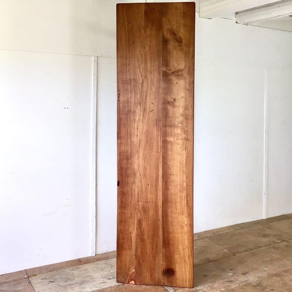Alter Kirschbaum Wirtshaus Tisch mit horgenglarus Gussfüssen. 246x68cm Höhe 75cm. Das Tischblatt haben wir teilweise frisch verleimt, an der einen Stirnseite fehlte leider ein Stück Holz. Dort haben wir ein Stück Zwetschgenholz eingepasst. Die Holzoberfläche ist mit Naturöl behandelt. Die leicht rötlich Patinierten Gusseisenfüsse hat es wohl in dieser Farbe ab werk gegeben. Das Kirschbaumholz hat dank seinem Alter eine intensive dunkelrote Ausstrahlung.