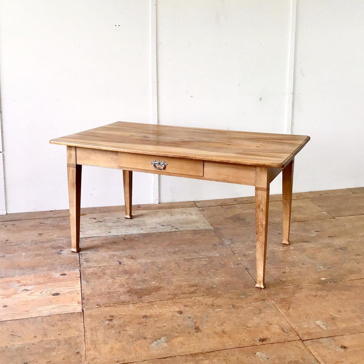 Deuxieme.shop Beizentisch Küchentisch Nussbaum Biedermeier Tisch 154x89cm Höhe 77cm. Dieser Esstisch oder grosse Schreibtisch ist komplett aus Nussbaum Vollholz. Die Holzoberfläche ist lackiert. Lebhafte Holzmaserung, Tischkante leicht profiliert.
