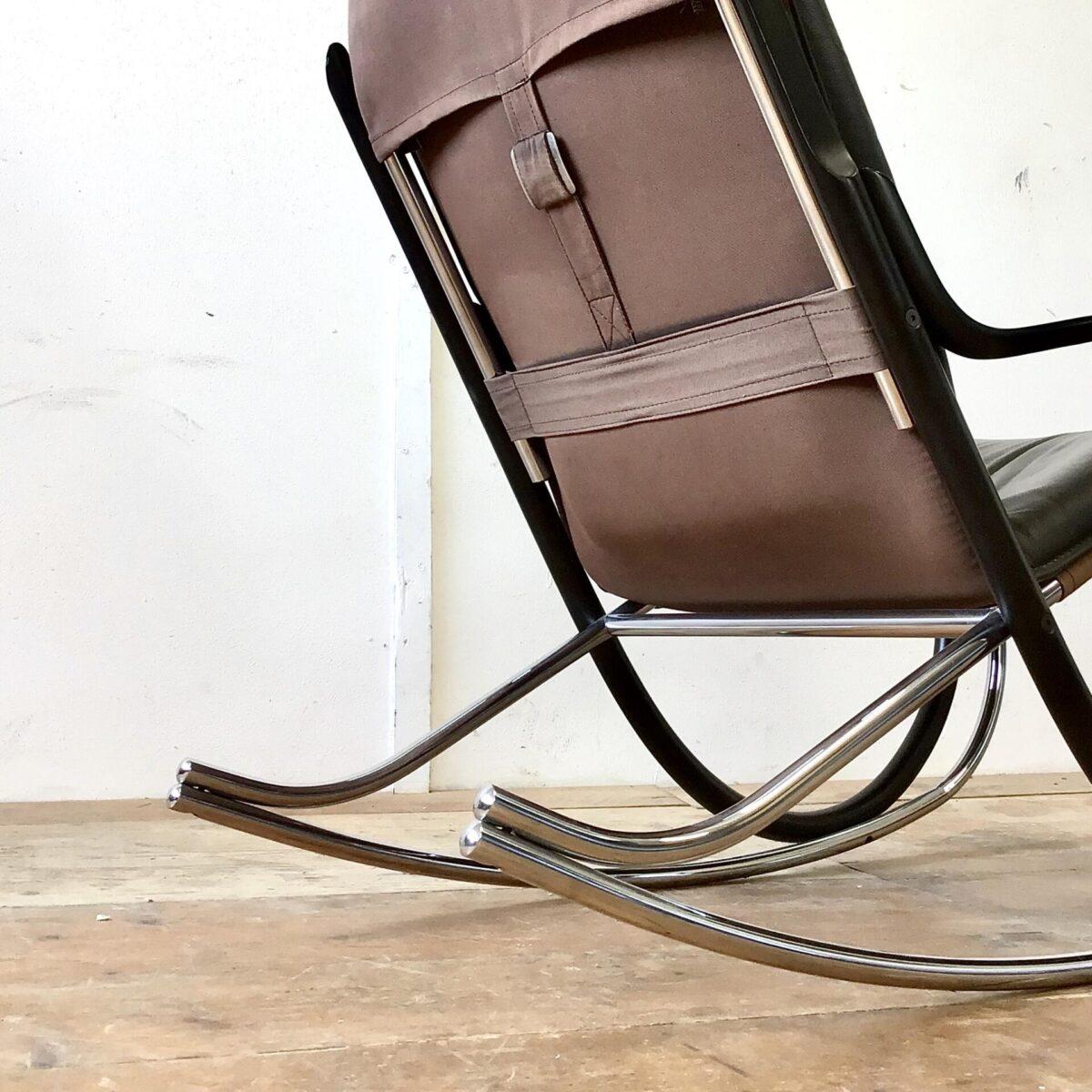 Schweizer Schaukelstuhl mit Hocker von Paul Tuttle für Strässle 70er Jahre. Material schwarzes Leder, Buchenholz lackiert und Metall verchromt. Technisch in einwandfreiem Stabilen Zustand. Sitzhöhe 42cm, Breite 56cm, Tiefe 98cm, Gesamthöhe 94cm. Ein identischer mit braunem, und einer mit rötlichem Leder ist auch noch vorhanden. Das Kopfkissen welches einfach über die Lehne gelegt wird, ist wohl nicht original.