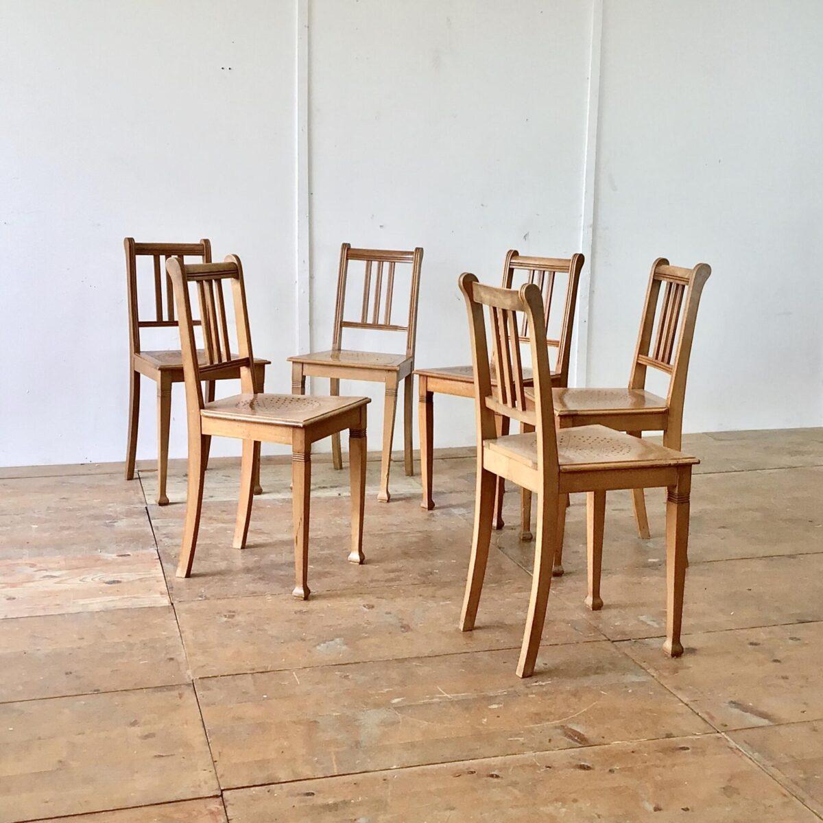 Deuxieme.shop 6 Biedermeier Stühle aus Buchenholz in stabilem guten Zustand.