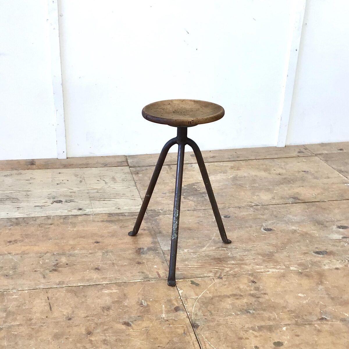 Kleiner Industrie Hocker Höhe 53cm Sitzfläche 26.5cm. Vollholz Sitz gedrechselt, Metallbeine gebogen und Werkstatt mässig verschweisst. Die kleinen ab gekröpften Standfüssen runden das ganze ab.