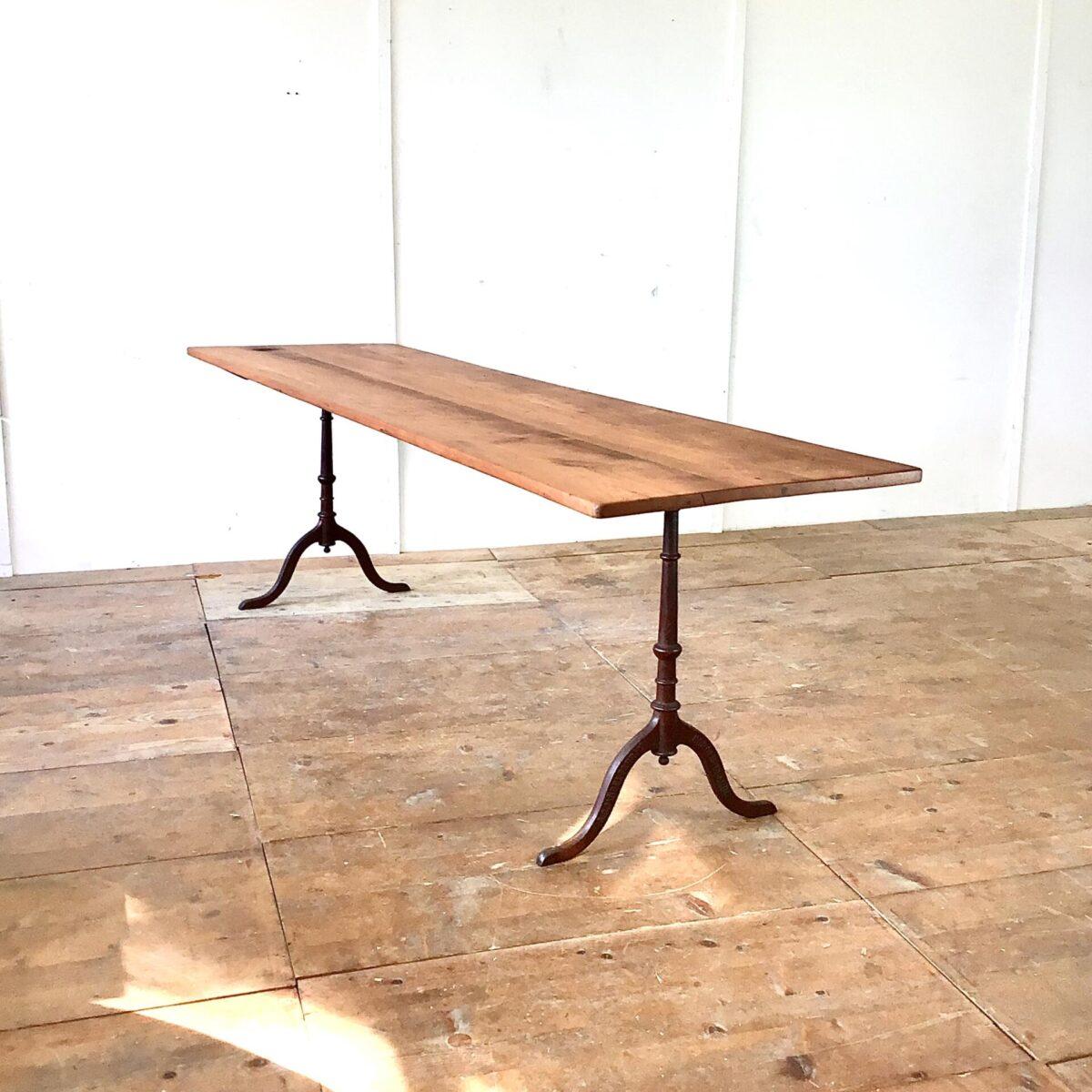 Deuxieme.shop Alter Kirschbaum Wirtshaus Tisch mit horgenglarus Gussfüssen. 246x68cm Höhe 75cm. Das Tischblatt haben wir teilweise frisch verleimt, an der einen Stirnseite fehlte leider ein Stück Holz. Dort haben wir ein Stück Zwetschgenholz eingepasst. Die Holzoberfläche ist mit Naturöl behandelt. Die leicht rötlich Patinierten Gusseisenfüsse hat es wohl in dieser Farbe ab werk gegeben. Das Kirschbaumholz hat dank seinem Alter eine intensive dunkelrote Ausstrahlung.
