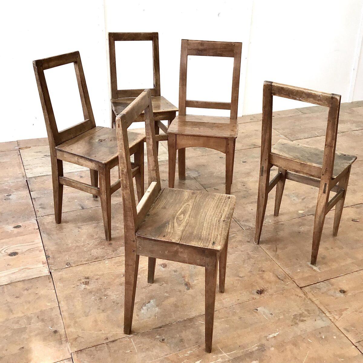 5 er Set Nussbaum Stühle mit markanter Alterspatina. Klare geradlinige Form, ideal um die aufrechte Haltung zu bewahren.