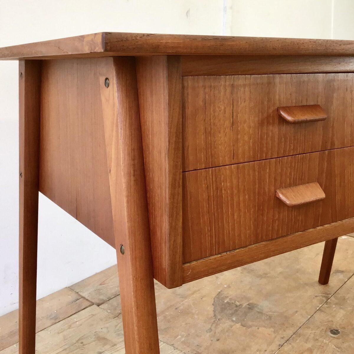 Dänischer Midcentury Teak Schreibtisch aus den 60er Jahren. 110x60.5cm Höhe 73cm. Eine der drei Schubladen ist abschliessbar. Beine können demontiert werden. Das Tischblatt wurde leider mal als Schneid Unterlage verwendet. Die Oberfläche ist aber in glattem, funktionstüchtigen Zustand.