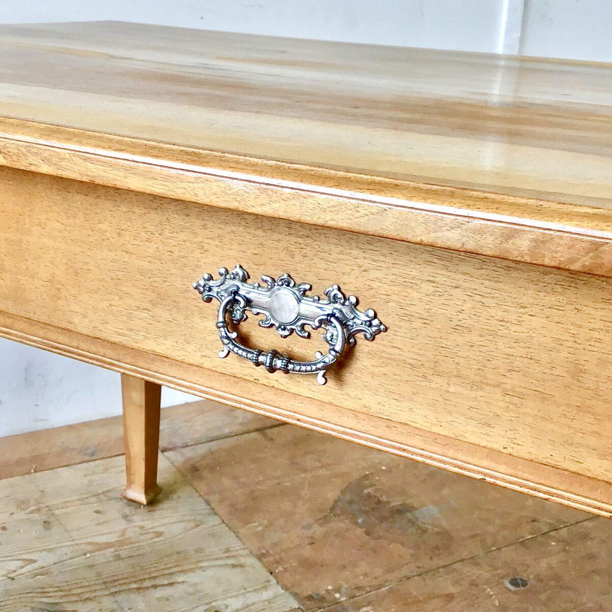 Nussbaum Biedermeier Tisch 154x89cm Höhe 77cm. Dieser Esstisch oder grosse Schreibtisch ist komplett aus Nussbaum Vollholz. Die Holzoberfläche ist lackiert. Lebhafte Holzmaserung, Tischkante leicht profiliert. Der Tisch bietet angenehm Platz für 6 Personen.