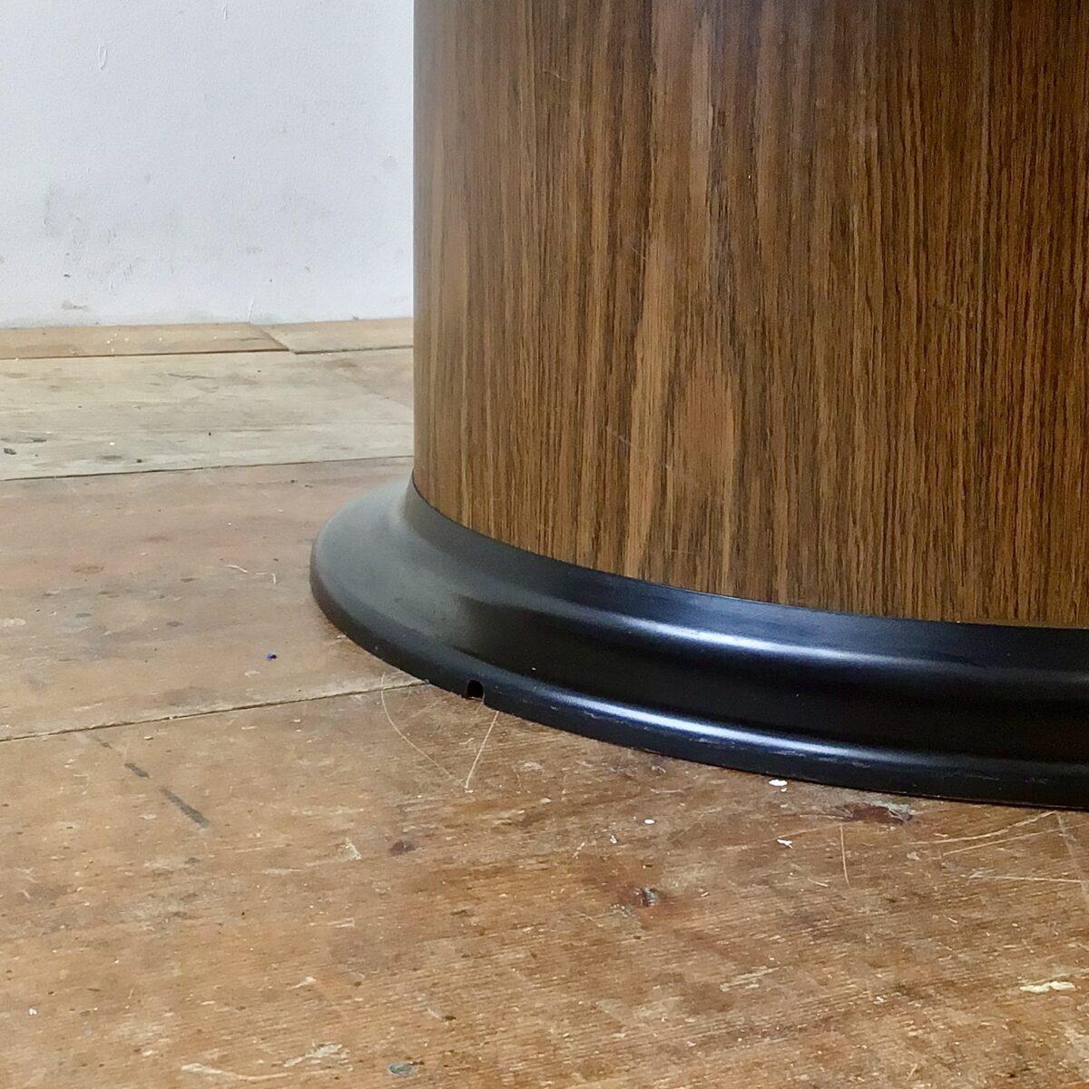 Runder Salontisch mit integriertem Barschrank. Durchmesser 115cm Höhe 49cm in geschlossenem Zustand. Der Tisch ist Eichenholz furniert und lackiert. Der integrierte Barschrank fährt Mittels Knopfdruck, mechanisch in die Höhe. Der Zylinder, mit den zwei Ebenen, ist drehbar und hat ausgiebig Platz für Flaschen und ein paar Gläser.