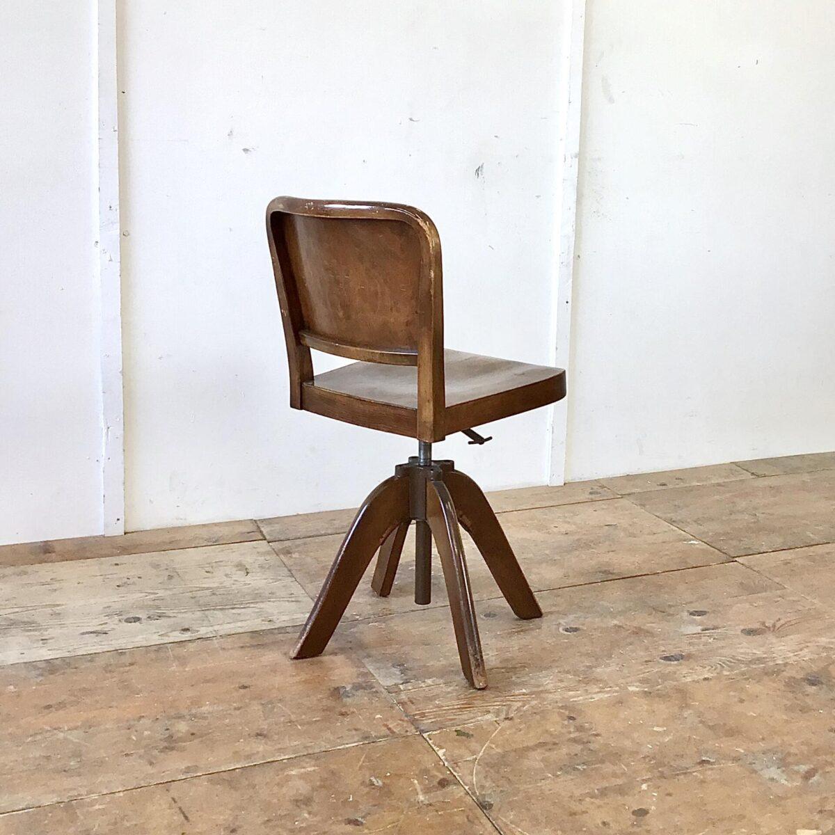 Alter horgenglarus Bürostuhl mit der gewölbten Haefeli Sitzfläche und Lehne. Buchenholz dunkel gebeizt und lackiert. Schöner Original Zustand mit Patina und leichten Gebrauchsspuren. Höhenverstellbar von 46-62.5cm. Der Stuhl ist drehbar und sehr ergonomisch geformt.
