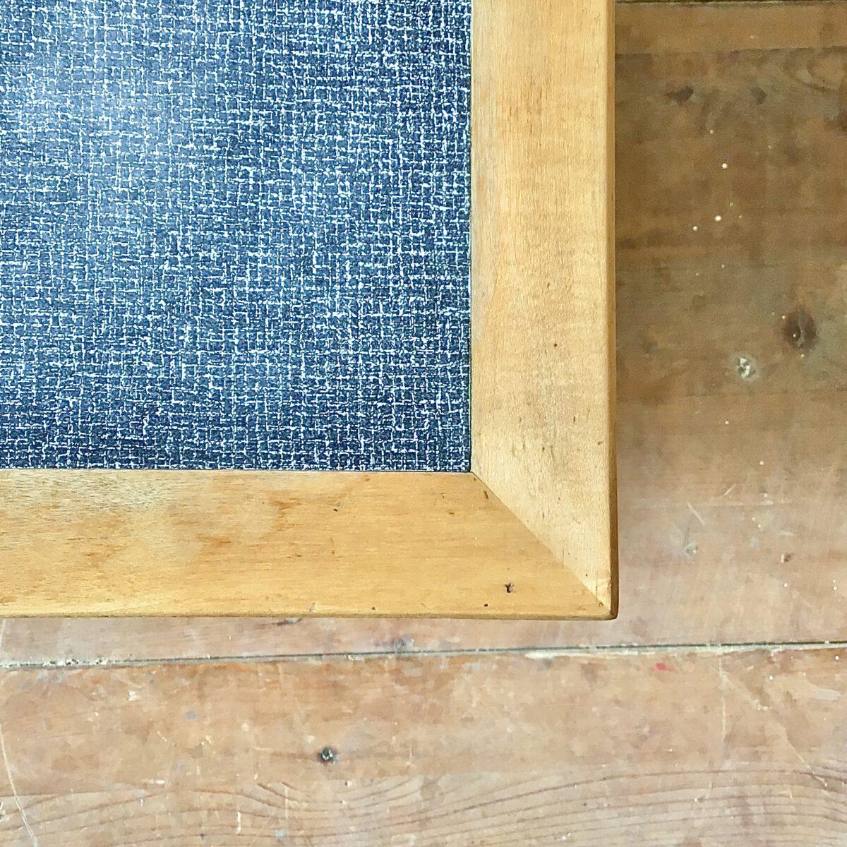 Längliches, helles Sideboard mit Kelko Oberfläche aus den 60er 70er Jahren. 230x55cm Höhe 58.5cm. Diese Kommode ist sehr schön proportioniert, länglich nicht so hoch, optisch trotzdem leicht. Auch das helle Holz in Kombination mit dem klassisch grau melierten Kunstharz gefällt mir gut. Die leicht runden geschwungenen Schubladengriffe, lockern die sonst geradlinigen klaren Linien etwas auf. Hinter den Türen befinden sich zwei tablare. In der oberen linken Schublade hat es Besteck einlagen.