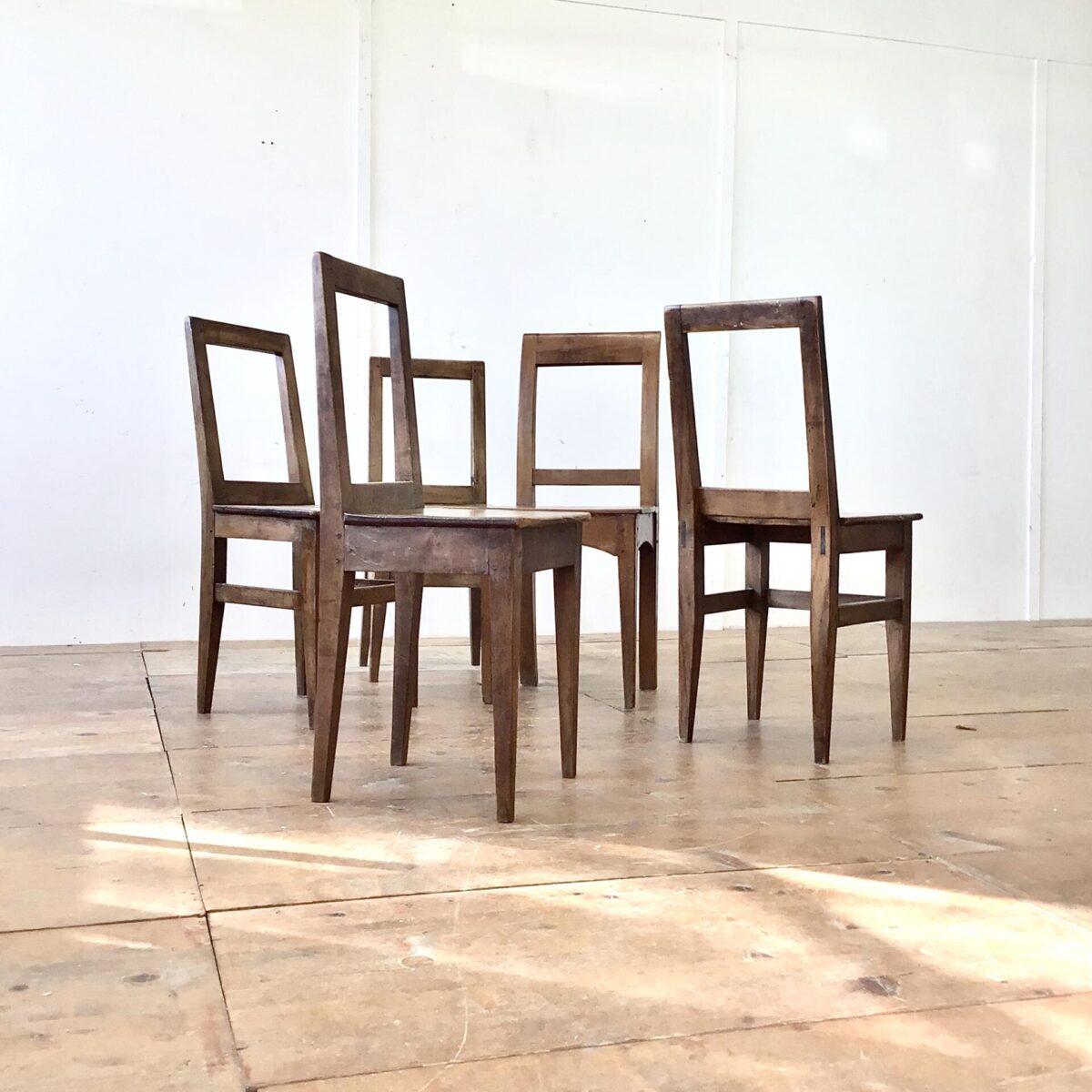 Deuxieme.shop biedermeierstühle 5 er Set Nussbaum Stühle mit markanter Alterspatina. Klare geradlinige Form, ideal um die aufrechte Haltung zu bewahren.