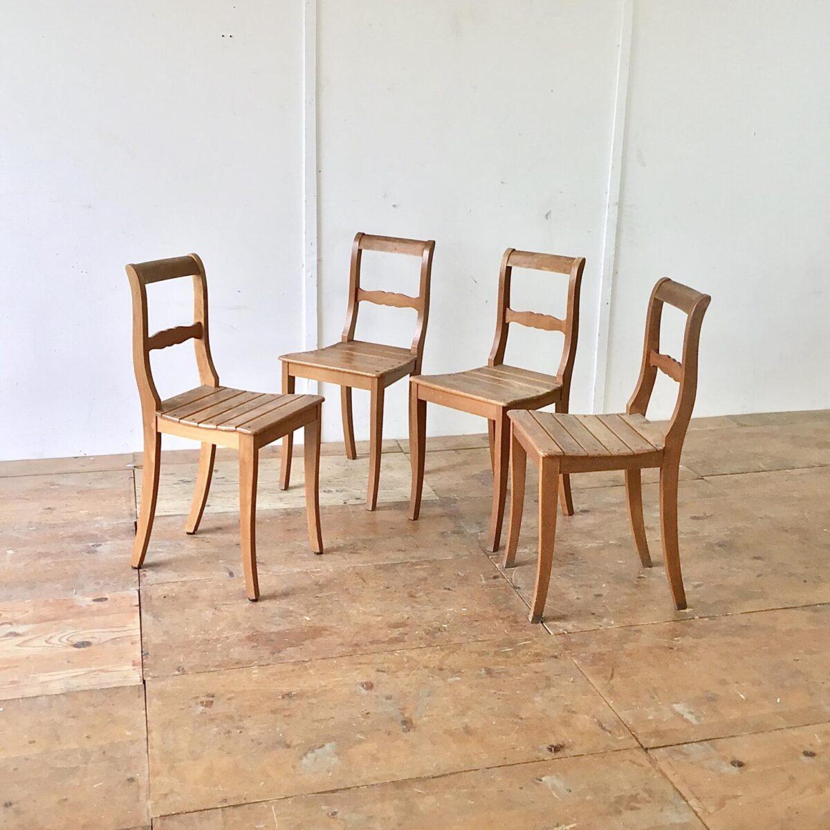 4er Set Esszimmer Stühle aus Buchenholz. Klassische Biedermeierstühle mit den geschwungenen Hinterbeinen und gerundeten Lehne.