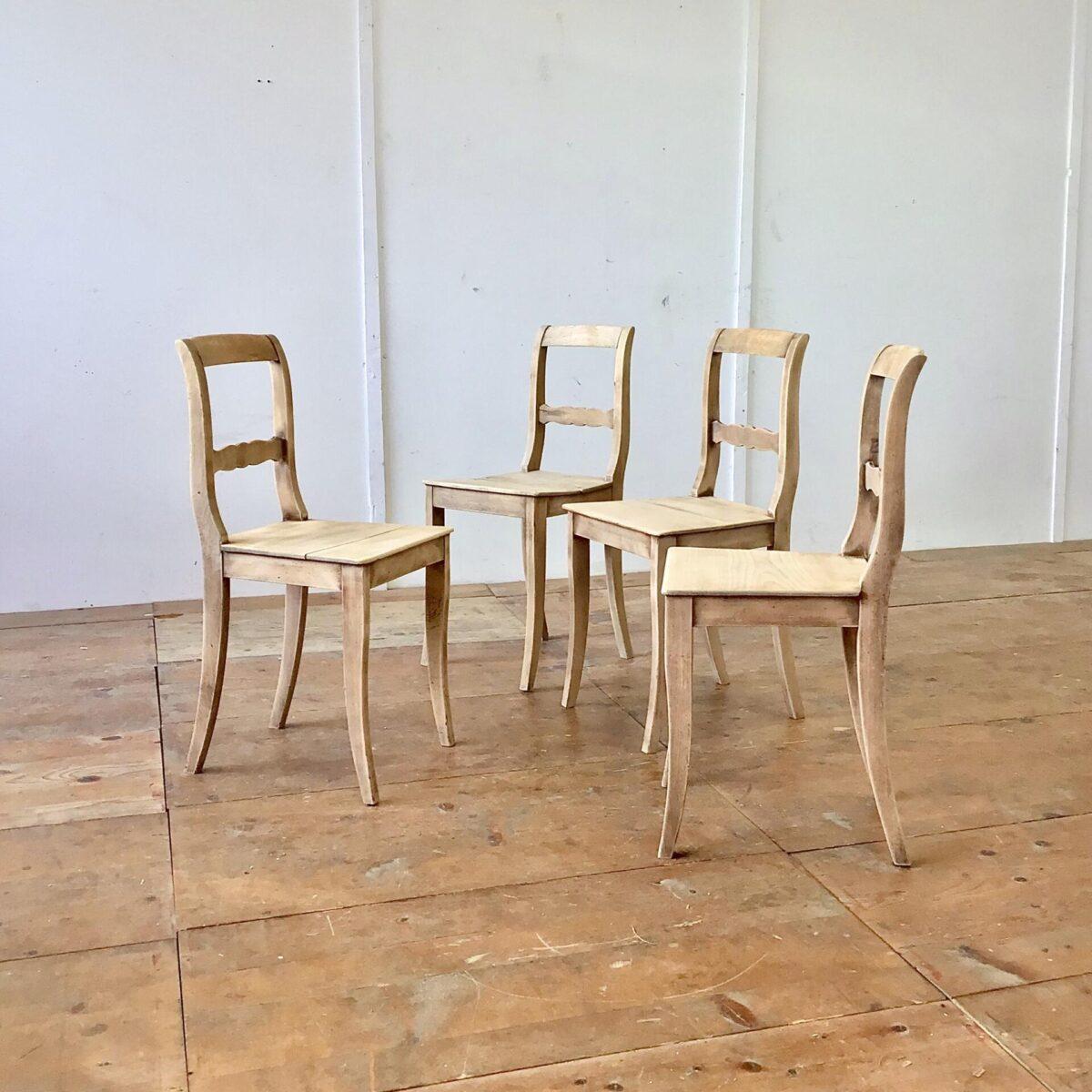 Klassische Biedermeier Stühle aus Buchenholz. Die spezielle matt-helle frische, gepaart mit den Altersspuren und Patina hat uns veranlasst die Stühle unbehandelt zu lassen.