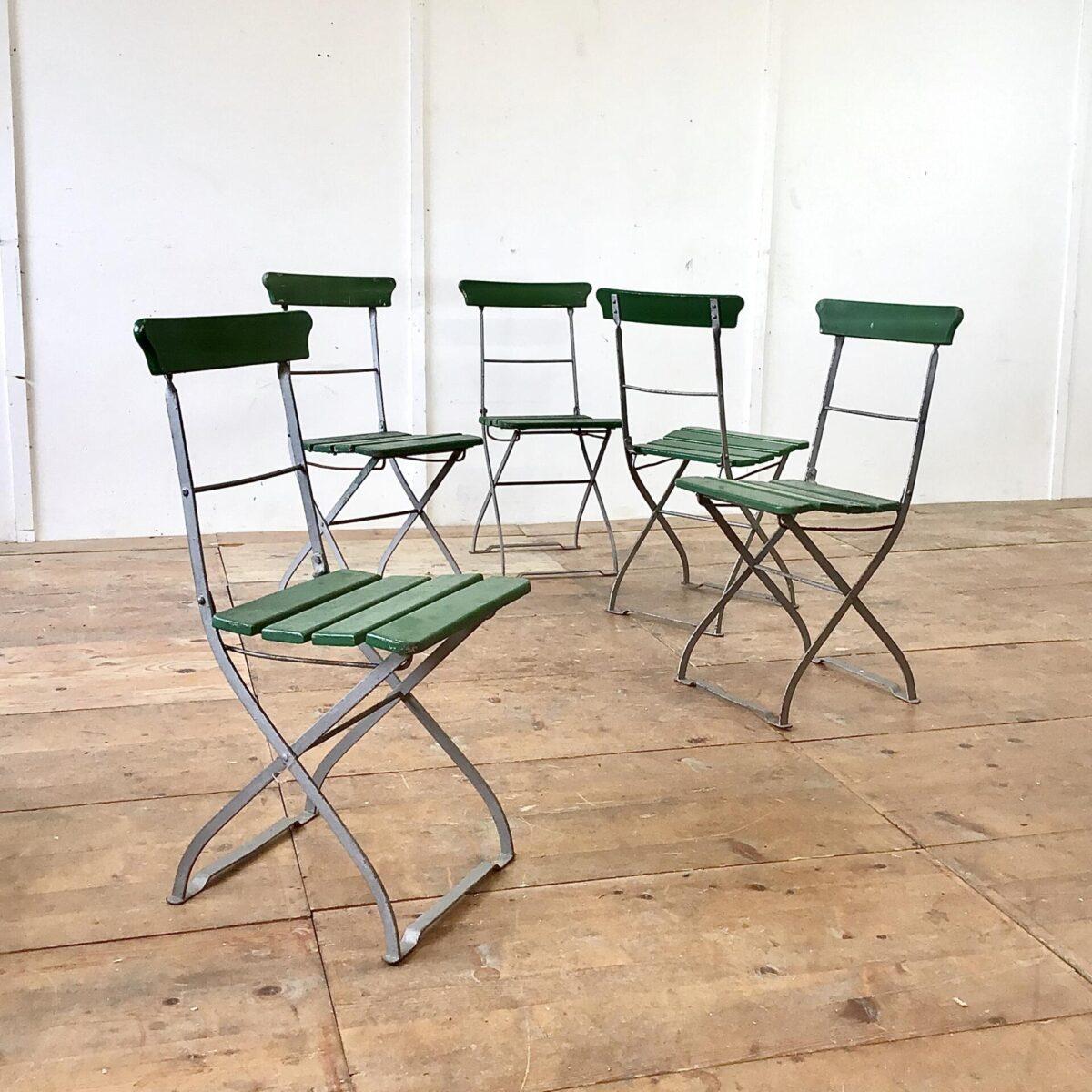 Deuxieme.shop Vintage Stühle. 5 alte Biergartenstühle klappbar. Preis pro Stuhl. Farbe teilweise schon etwas abgenutzt, die Holzlatten sind jedoch in gesundem guten Zustand.