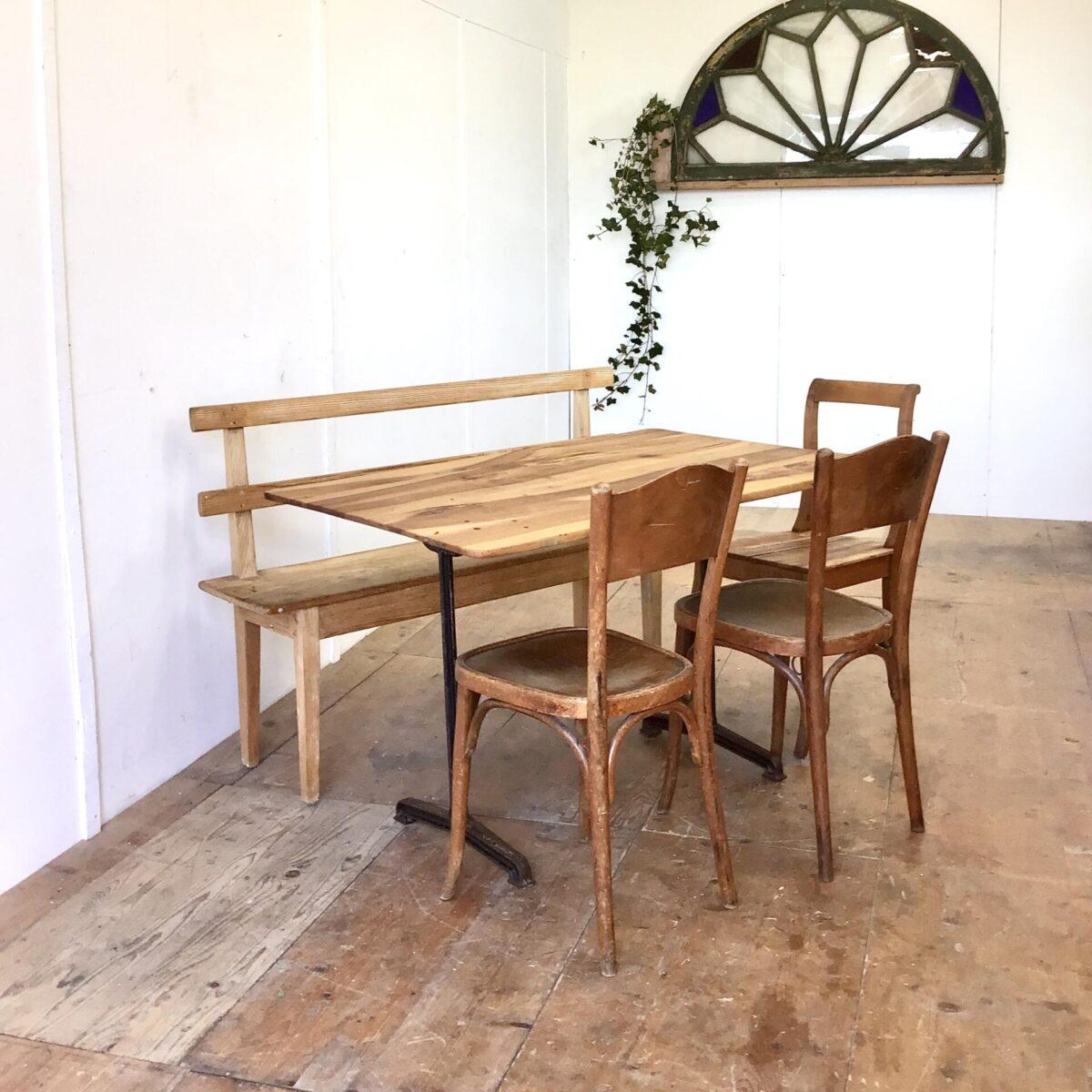 Deuxieme.shop Nussbaum Tisch mit antiken Gussfüssen 118.5x77.5cm Höhe 74.5cm. Leicht verschieden dickes Tischblatt aus Nussbaumholz, mit französischen Gussfüssen. Dieser kleinere Beizentisch strahlt Romantisches Bistro Flair aus. Warme Lebhafte Holzmaserung mit Naturöl behandelt.