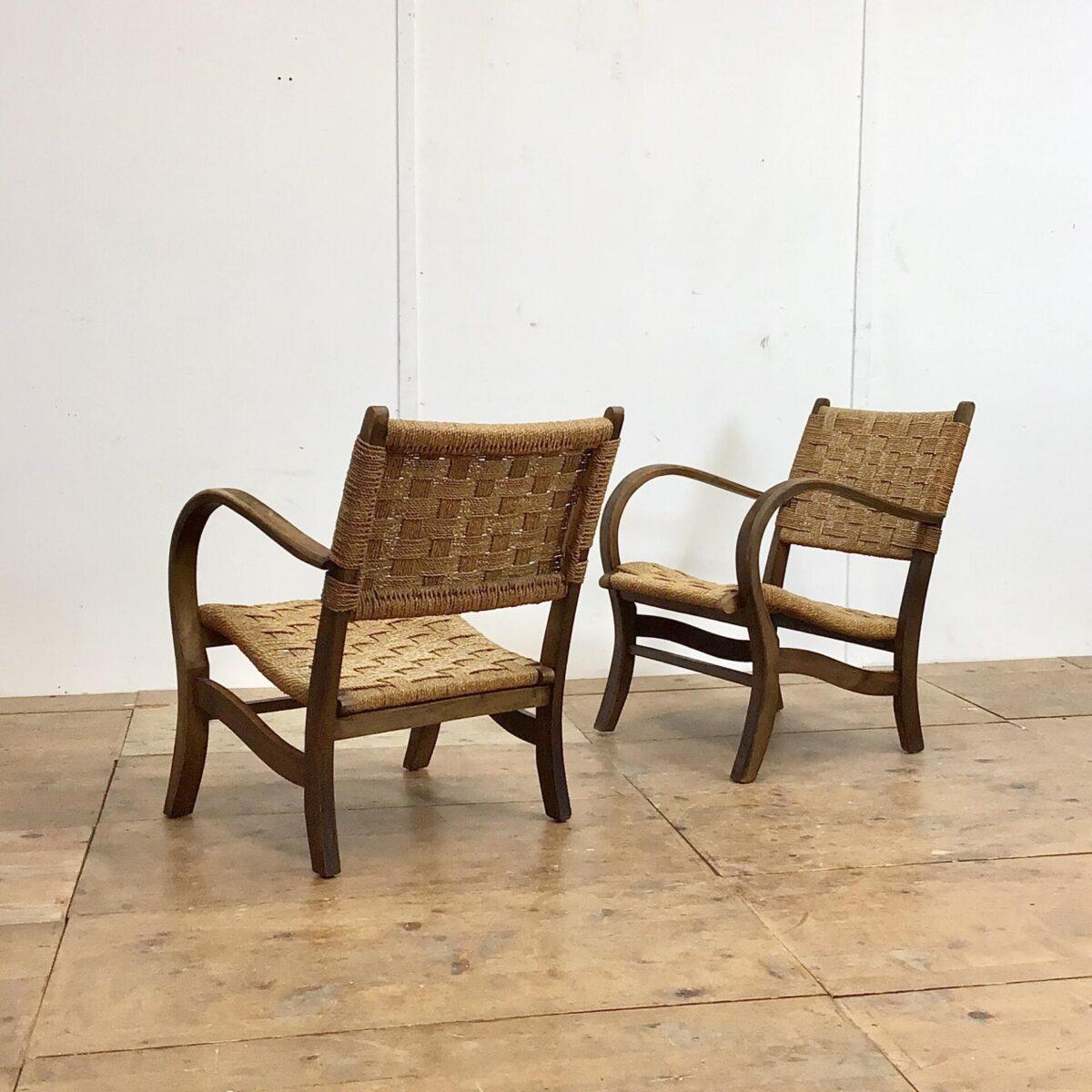 Deuxieme.shop midcentury Easy chairs Cocktail Sessel Zwei Wohnzimmer Sessel mit geflochtener Sitzfläche und Lehne. Breite 56cm tiefe 68cm Höhe 75cm. Das Holz Stuhlgestell, mit den Dampfgebogenen Armlehnen, hat eine dunkelbraune Alterspatina.