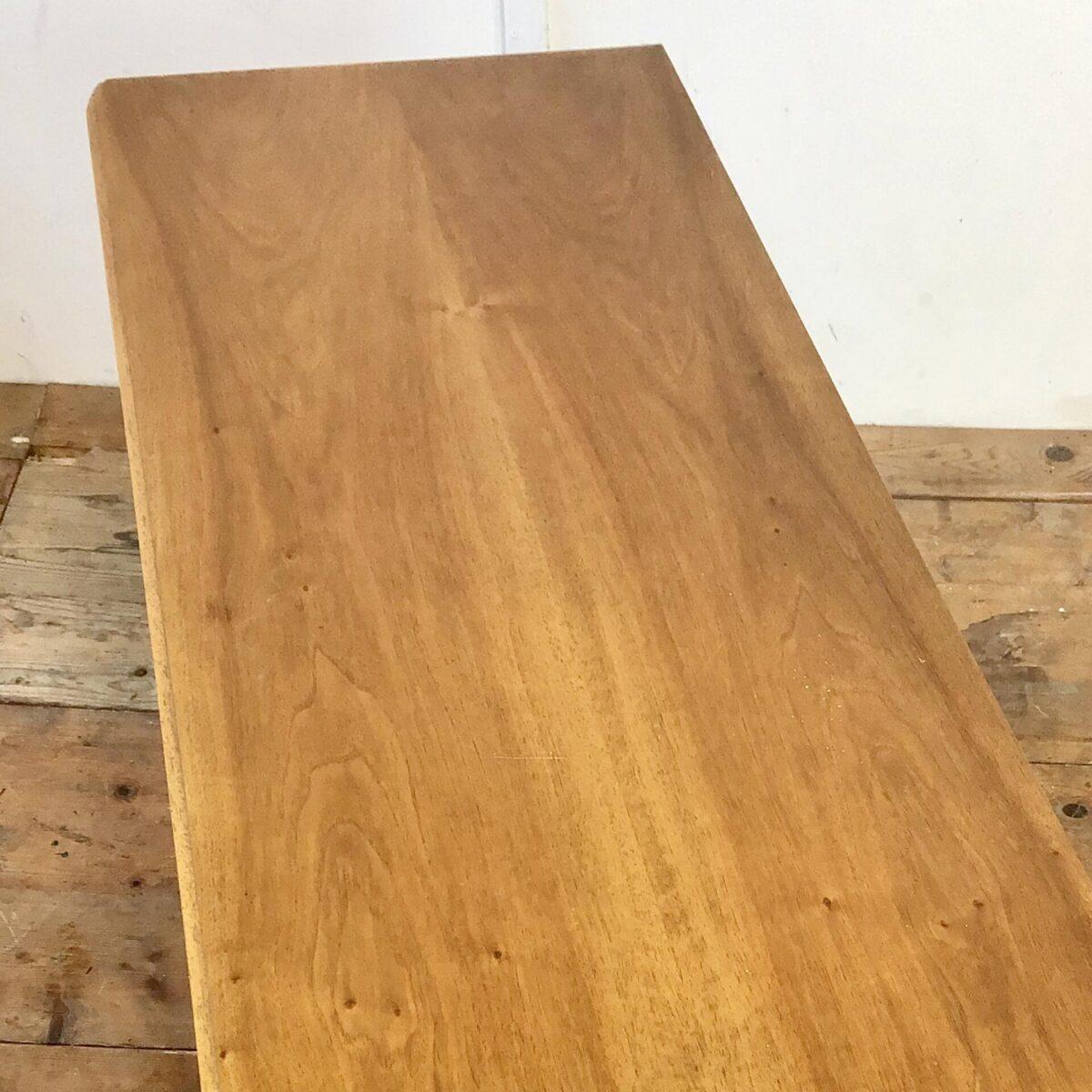 Midcentury Sideboard 116x48.5cm Höhe 64.5cm. Diese Kommode ist Nussbaum furniert, Schubladengriffe und die runden konischen Füsse, sind aus Ahorn Vollholz. In der abschliessbaren Türfront sind Kunststoff Filets eingelassen.