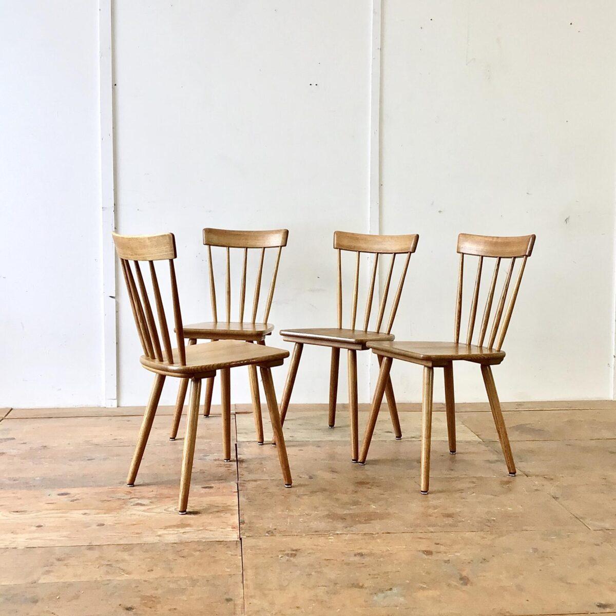 Deuxieme.shop 4er Set Sprossenstühle aus Eschenholz von Victoria Möbel. Sitzhöhe 45.5cm. Feingliedrige Bequeme Esszimmer Stühle (Stabellen). Eine schöne Abwechslung im Vergleich zu anderen Schweizer Holzstühlen, welche meistens aus Buchenholz sind.