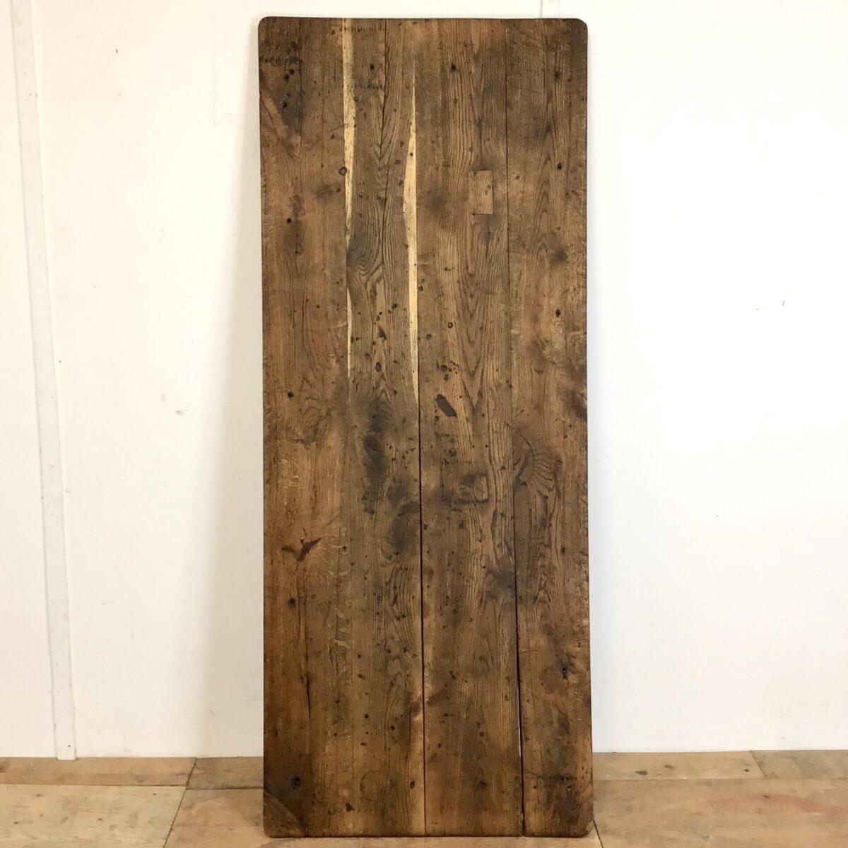 Alter Französischer Eichenholz Tisch mit Schublade. 190x76cm Höhe 75.5cm. Dieser Esstisch hat eine Charaktervolle Ausstrahlung mit den Abnutzungsspuren und Alterspatina. Trotzdem in der Form sehr feingliedrig und geradlinig. Der Tisch ist aufbereitet, teilweise frisch verleimt leicht offene Fugen stabilisiert.         Holzoberfläche mit Naturöl behandelt. Der Tisch bietet Platz für bis zu 8 Personen.