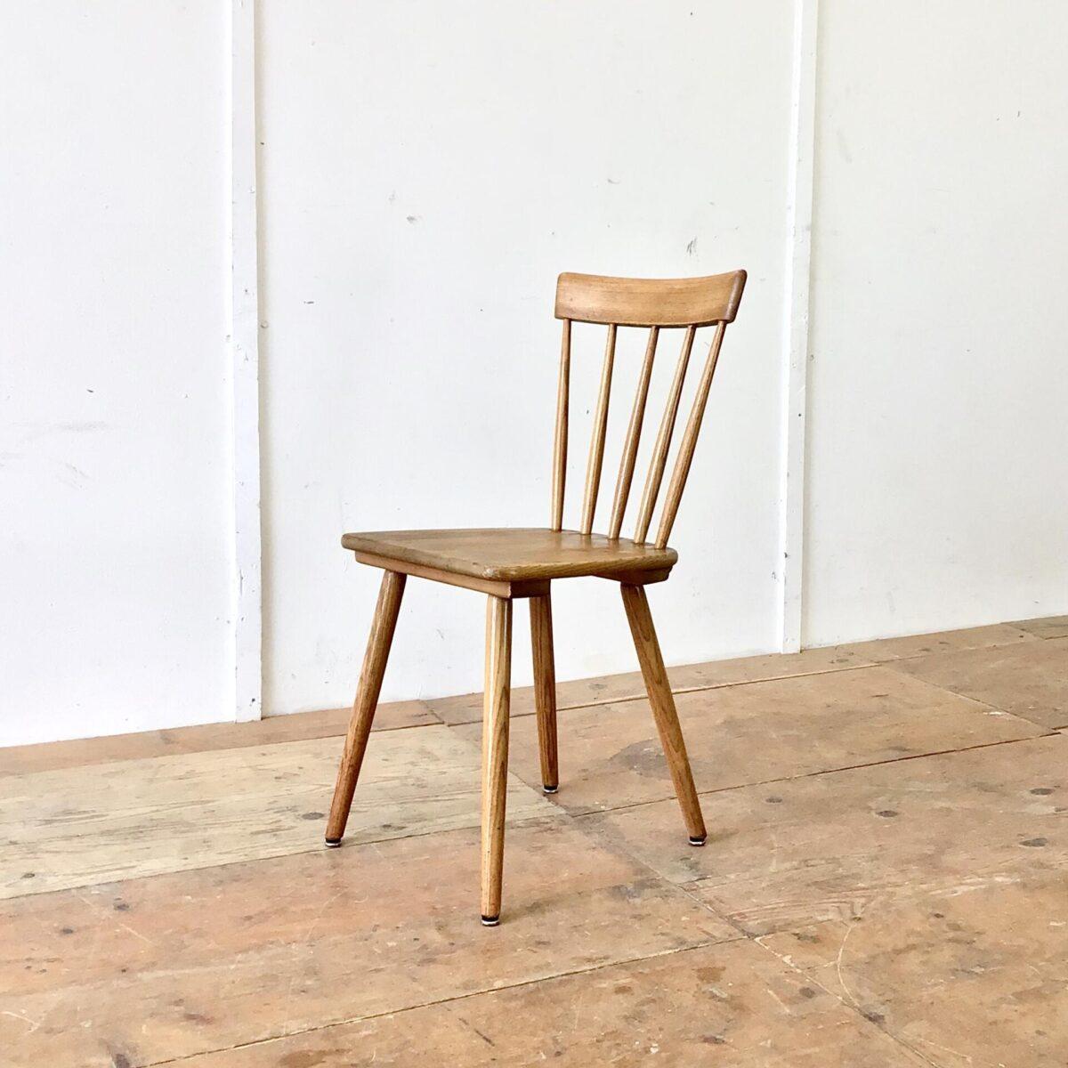4er Set Sprossenstühle aus Eschenholz von Victoria Möbel. Sitzhöhe 45.5cm. Feingliedrige Bequeme Esszimmer Stühle (Stabellen). Eine schöne Abwechslung im Vergleich zu anderen Schweizer Holzstühlen, welche meistens aus Buchenholz sind.