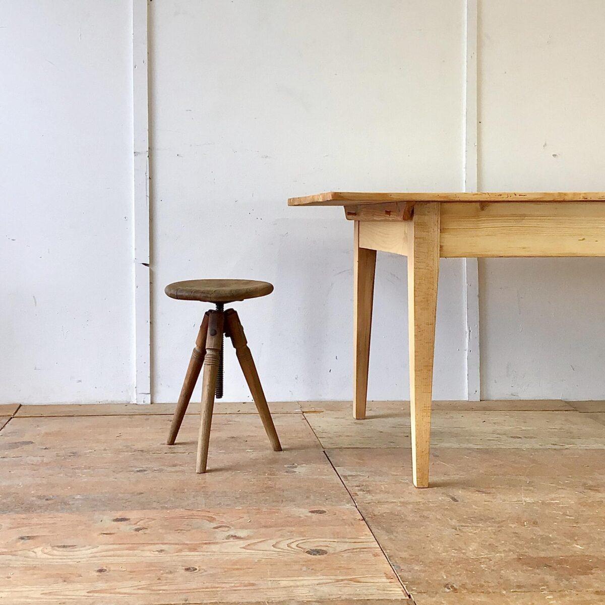 Deuxieme.shop Beizentisch Biedermeiertisch. Grosser Tannenholz Biedermeiertisch mit Gratleisten. 270x93cm Höhe 75.5cm. Dieser lange Esstisch hat eine grosszügige tiefe im Vergleich zu anderen Biedermeiertischen aus der Zeit. Der Tisch ist frisch aufbereitet und stabil, die Holzoberfläche ist mit Naturöl behandelt. Das Tischblatt ist aufgelegt und mittels Holzzapfen mit dem Unterbau verbunden.