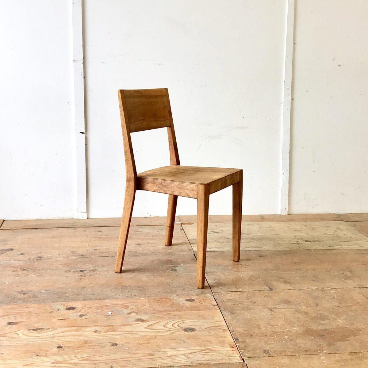 Einzelner Stapelstuhl 687 S von horgenglarus. Dieser Werkentwurf Aus den 50er Jahren, war wohl die Vorlage für den leicht abgeänderten Miro Stuhl von Hannes Wettstein. Der Stuhl ist komplett geschliffen und Natur geölt. Die schöne Alterspatina ist Original und dem Alter zuzuschreiben. Lehne und Hinterbeine sind aus Nussbaum, Sitzfläche und Vorderbeine tippe ich auf Ulmenholz.