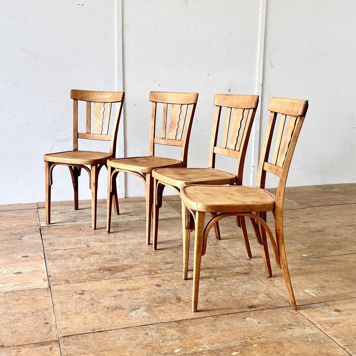 Deuxieme.shop vintage Beizenstühle. 4er Set Bistrostühle von horgenglarus. Diese Stühle wurden mal geschliffen und geölt. Sie haben eine schöne warm-matte Farbe, und trotzdem noch etwas Alterspatina. Technisch sind sie in stabilem funktionalen Zustand.